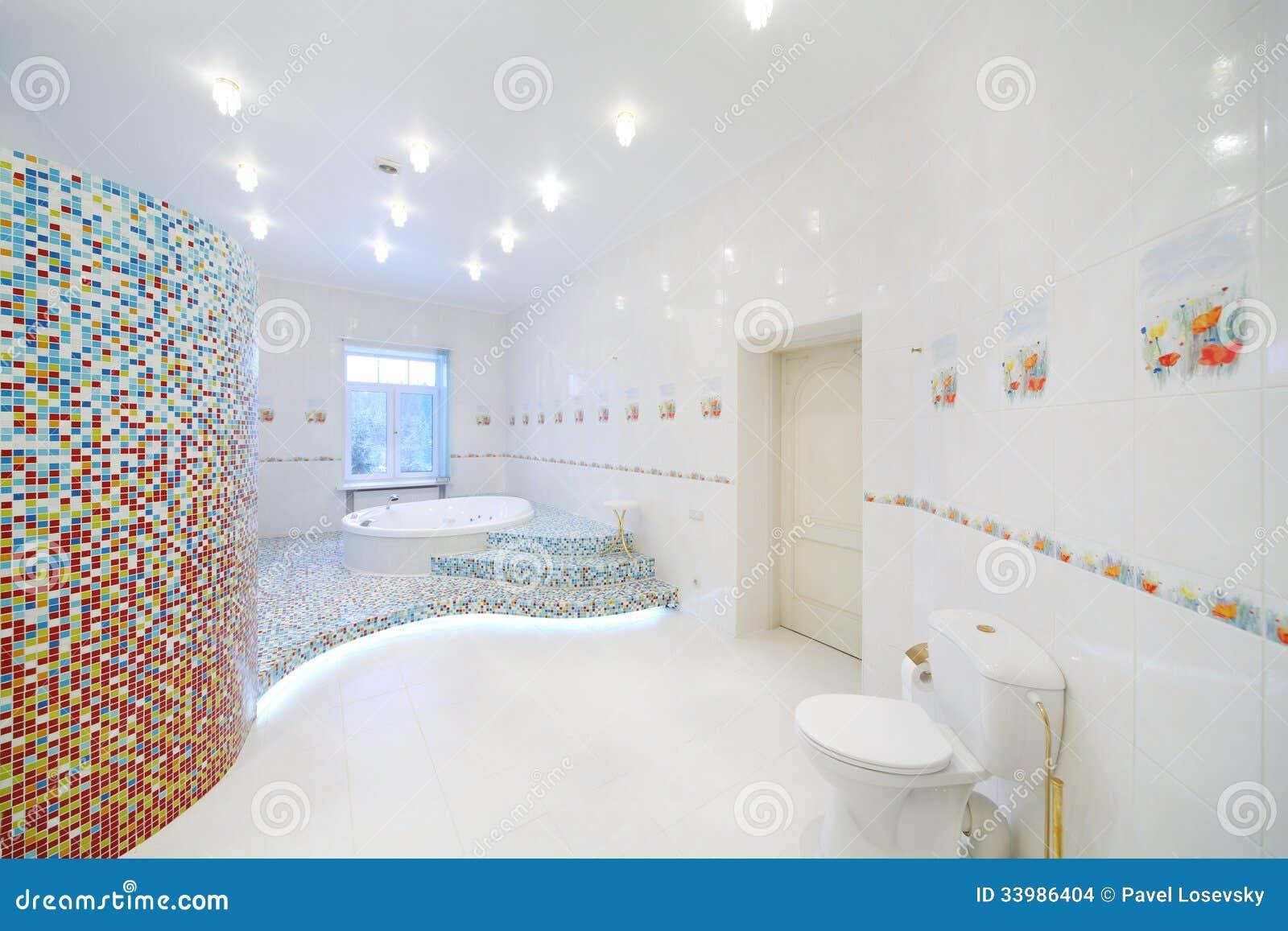 toilette et jacuzzi dans la salle de bains blanche spacieuse images stock image 33986404. Black Bedroom Furniture Sets. Home Design Ideas