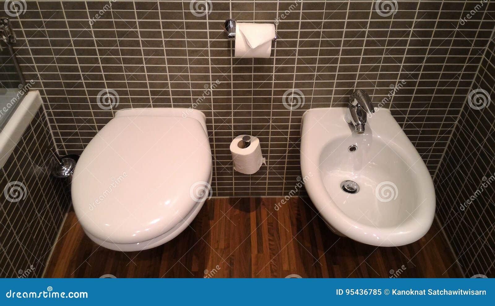 Toilette europea: stile unico della toilette con il bidet