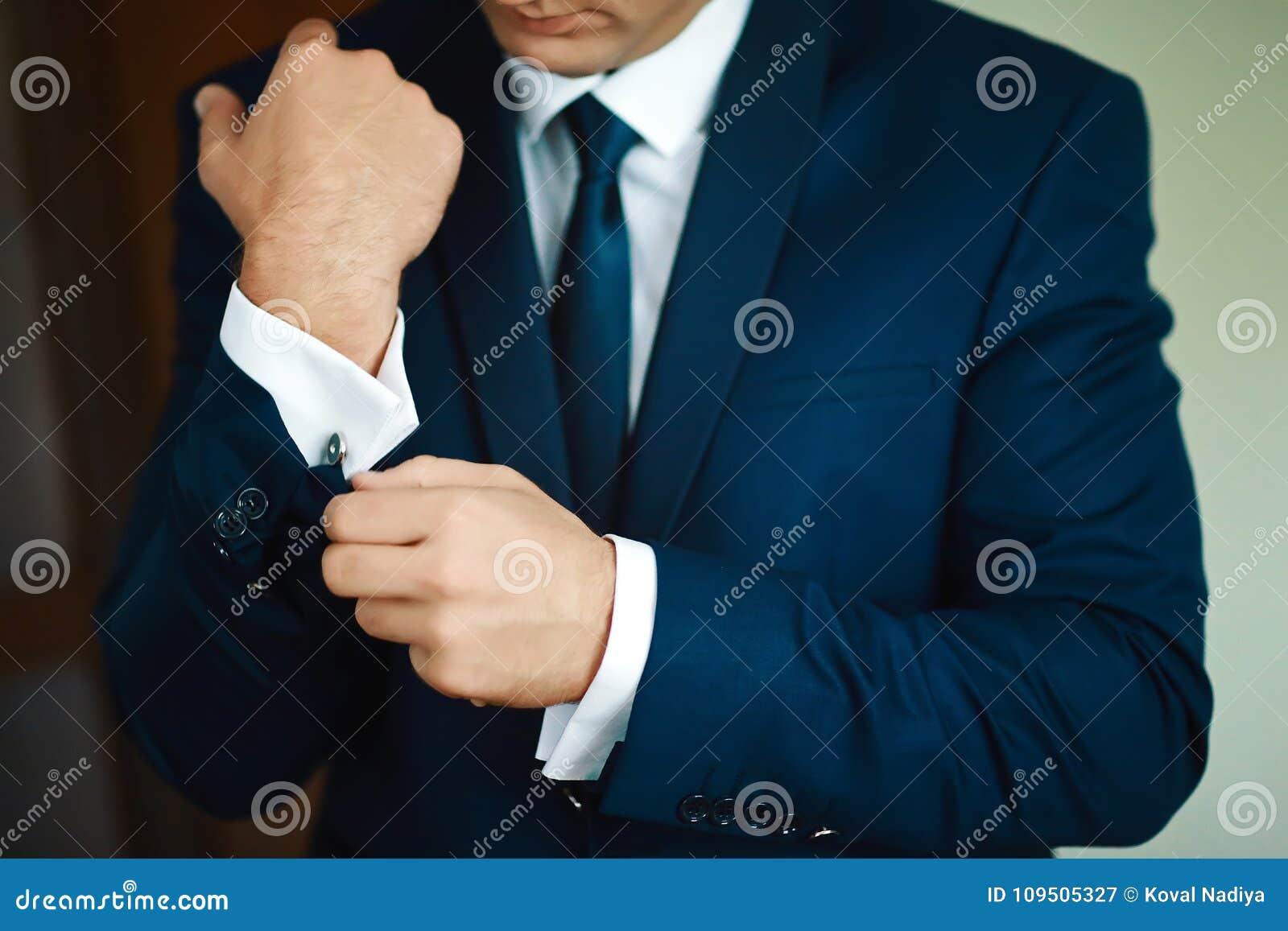 Toilette la préparation de matin, marié beau obtenant habillé et se préparant au mariage, dans le costume bleu-foncé