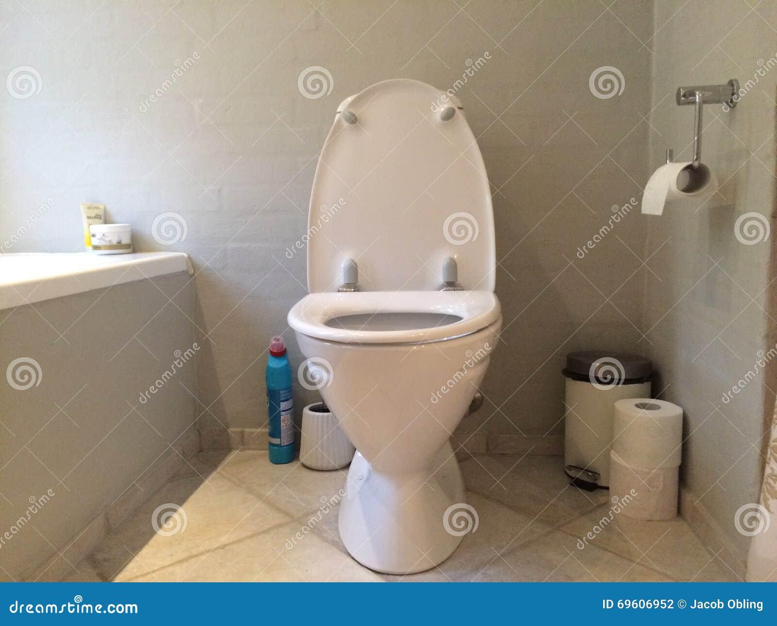 Toilette Propre Blanche L Int Rieur De Salle De Bains Photo Stock