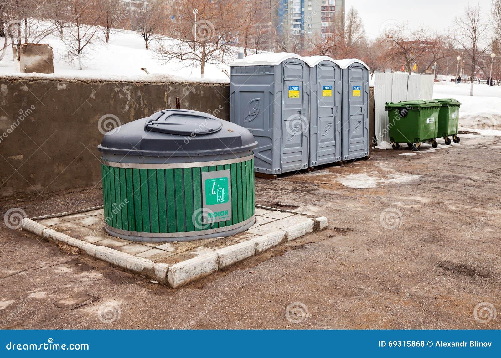 Toilette pubbliche e bidoni della spazzatura sulla via della città