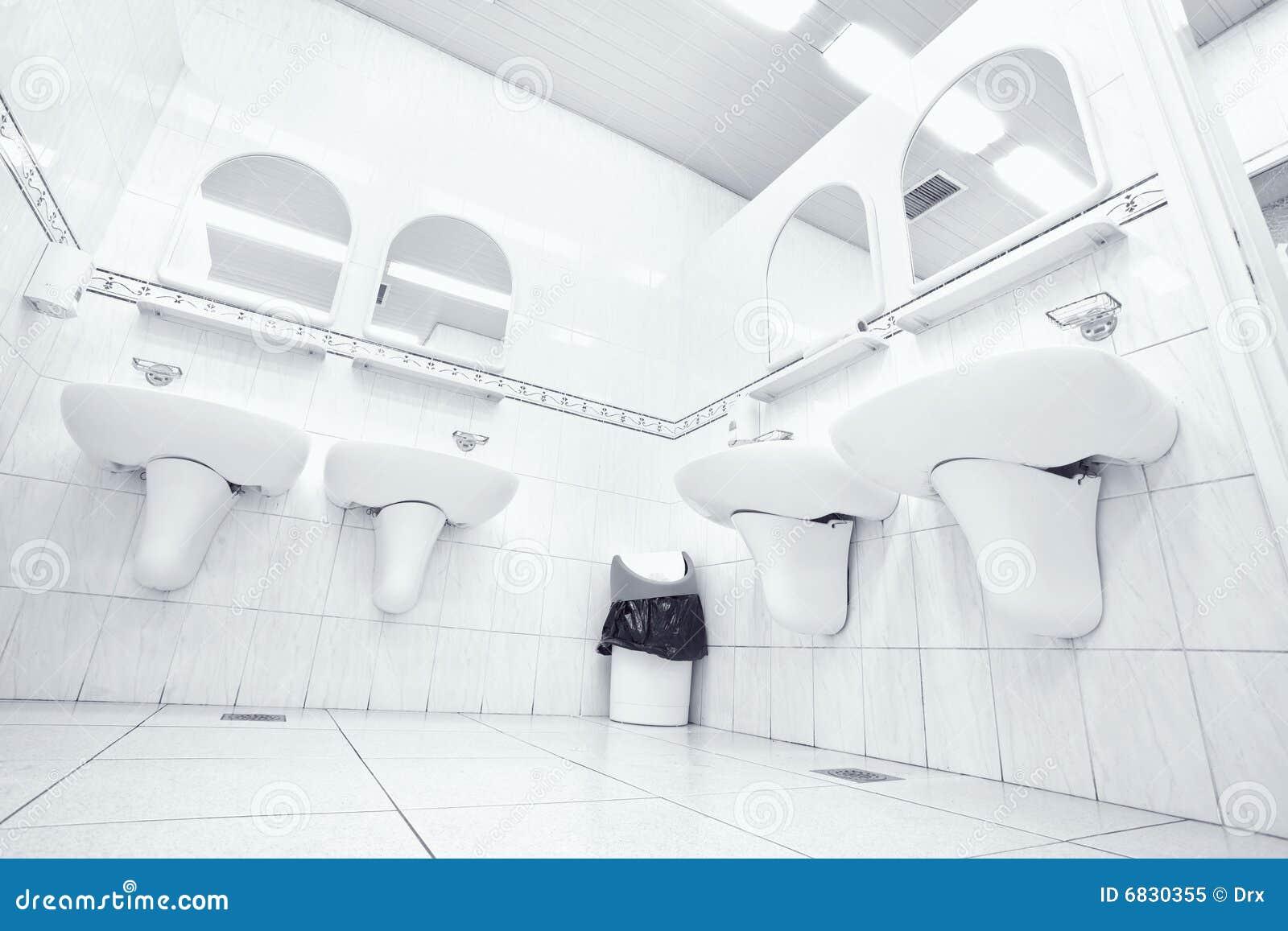 Toilette publique blanche