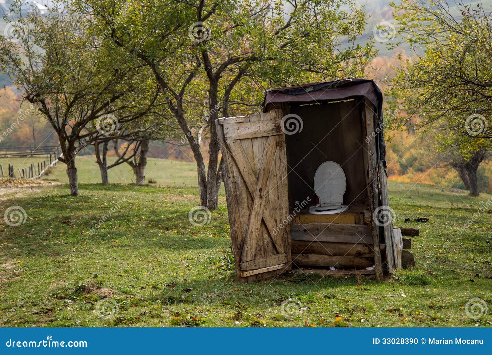 Toilette rurale photo stock. Image du dilapidé, diminué - 33028390
