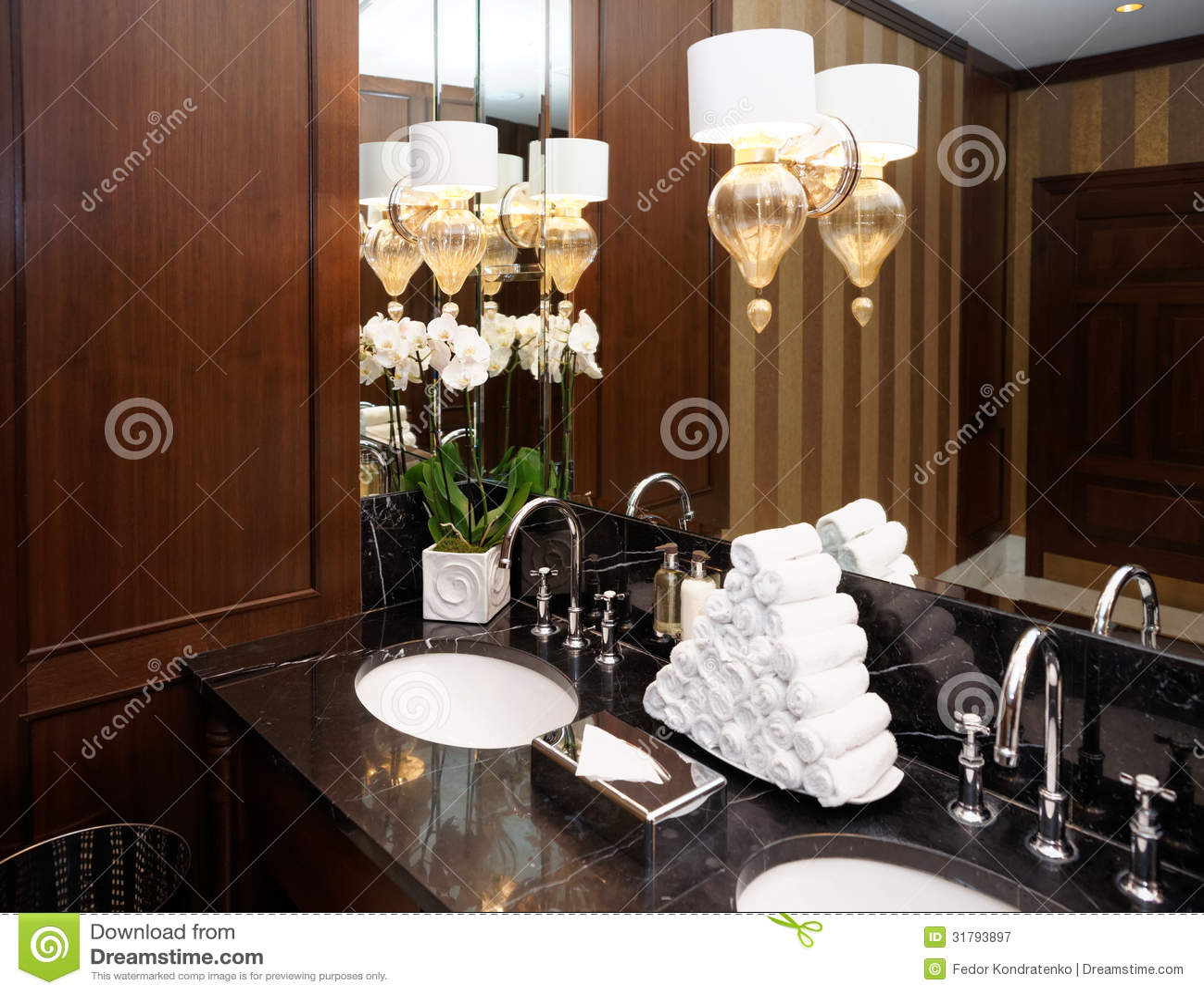 toilettes dans l 39 h tel ou le restaurant image stock image du fleurs porcelaine 31793897. Black Bedroom Furniture Sets. Home Design Ideas