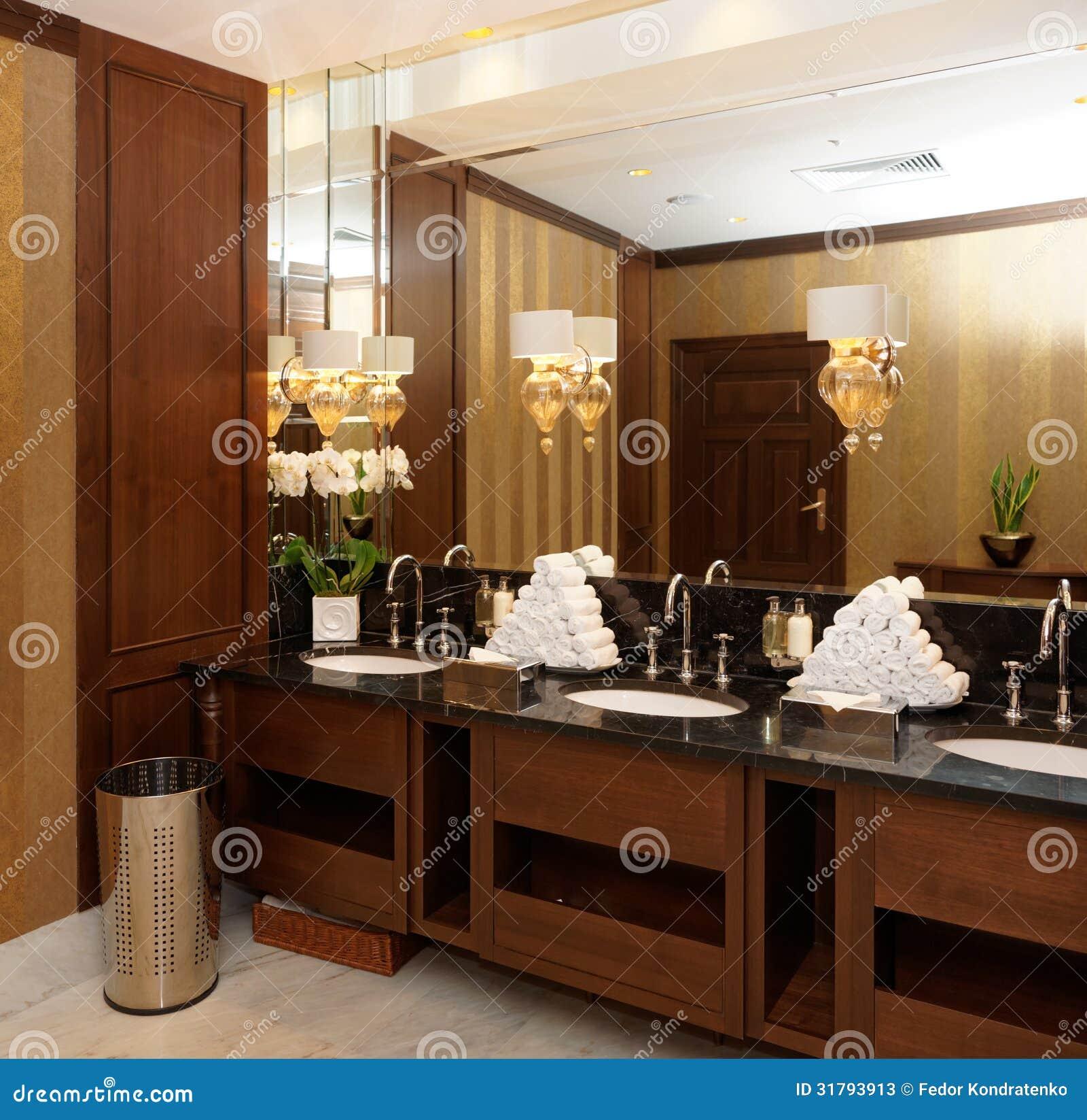 toilettes dans l 39 h tel ou le restaurant image stock image du fleurs hygi ne 31793913. Black Bedroom Furniture Sets. Home Design Ideas