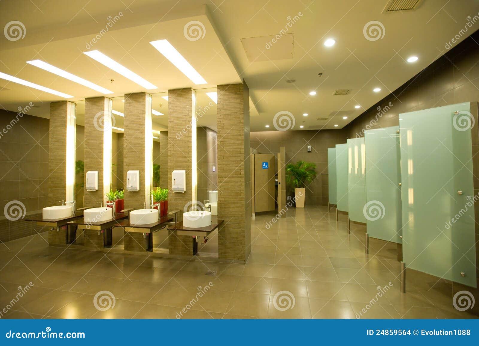 Toilettes modernes photo stock. Image du toilette, intérieur ...