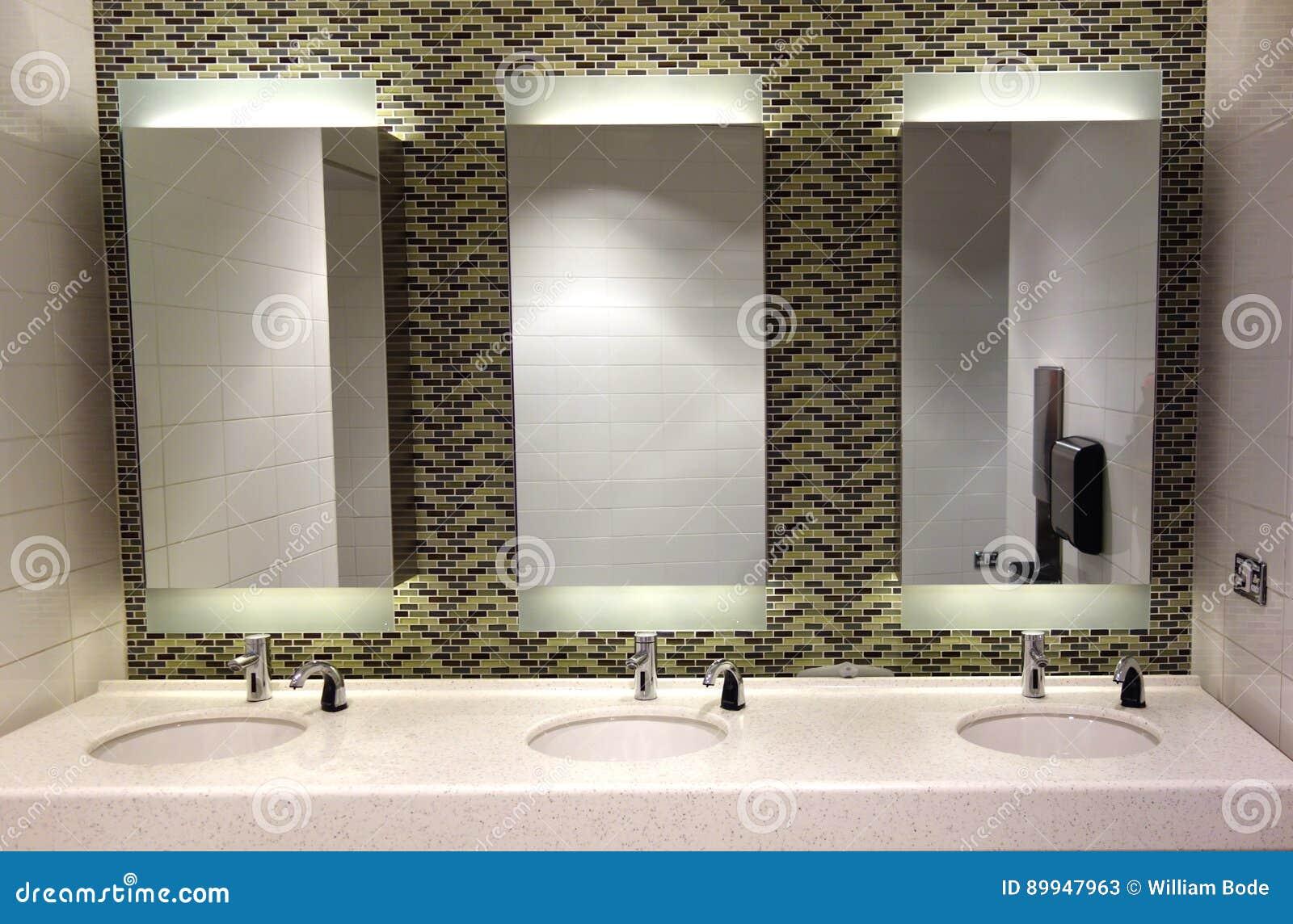Toilettes modernes image stock. Image du capteur, toilette ...