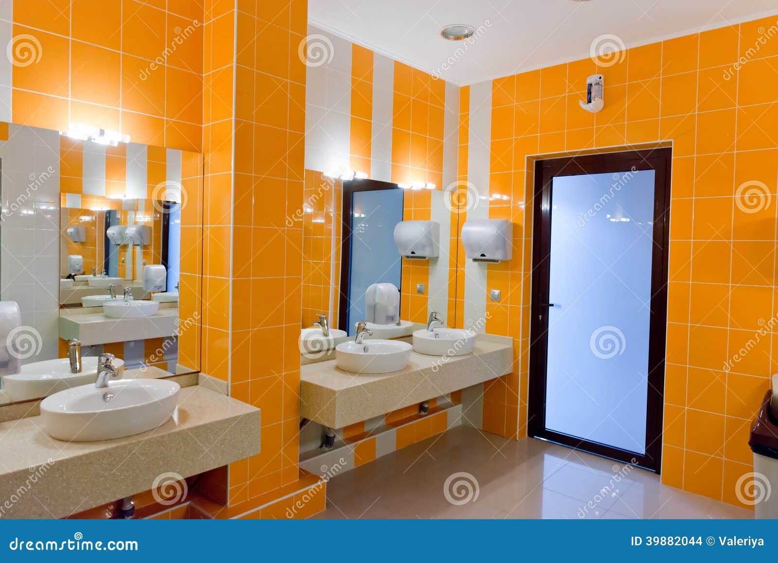 Toilettes publiques avec le miroir de lavabos photo stock for Le miroir de l eau