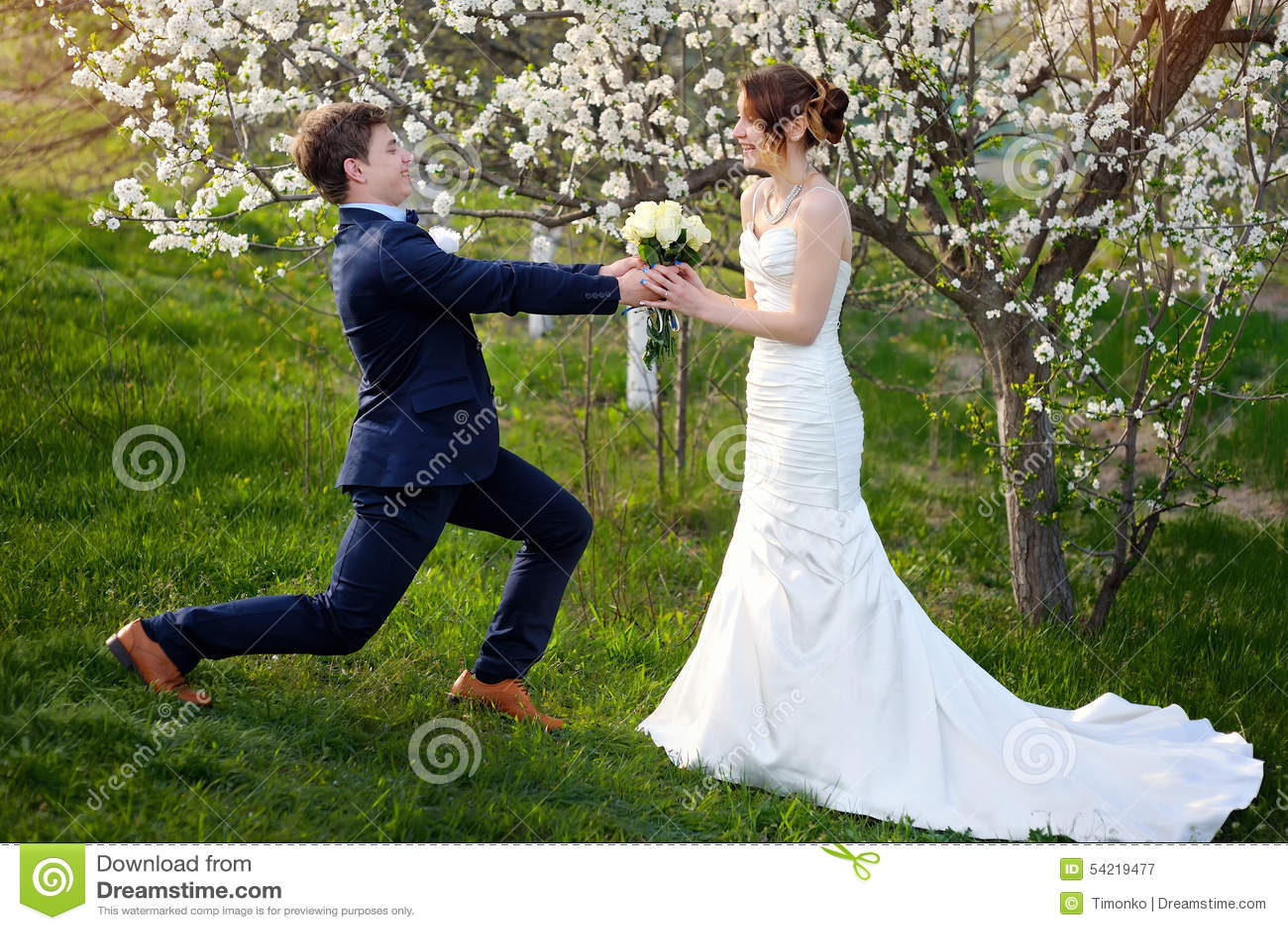 toilettez la position sur un genou et donnez jeune mari e un bouquet de mariage image stock. Black Bedroom Furniture Sets. Home Design Ideas