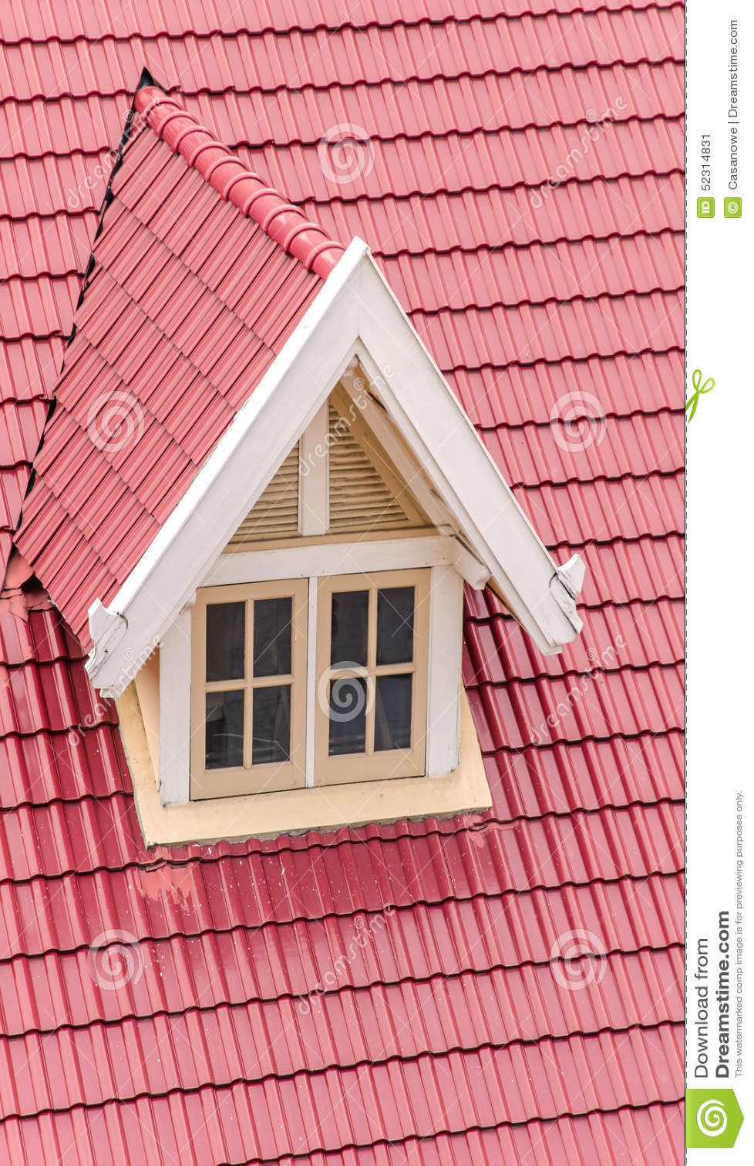 toit avec les tuiles rouges de la maison avec la fen tre blanche image stock image du fond. Black Bedroom Furniture Sets. Home Design Ideas