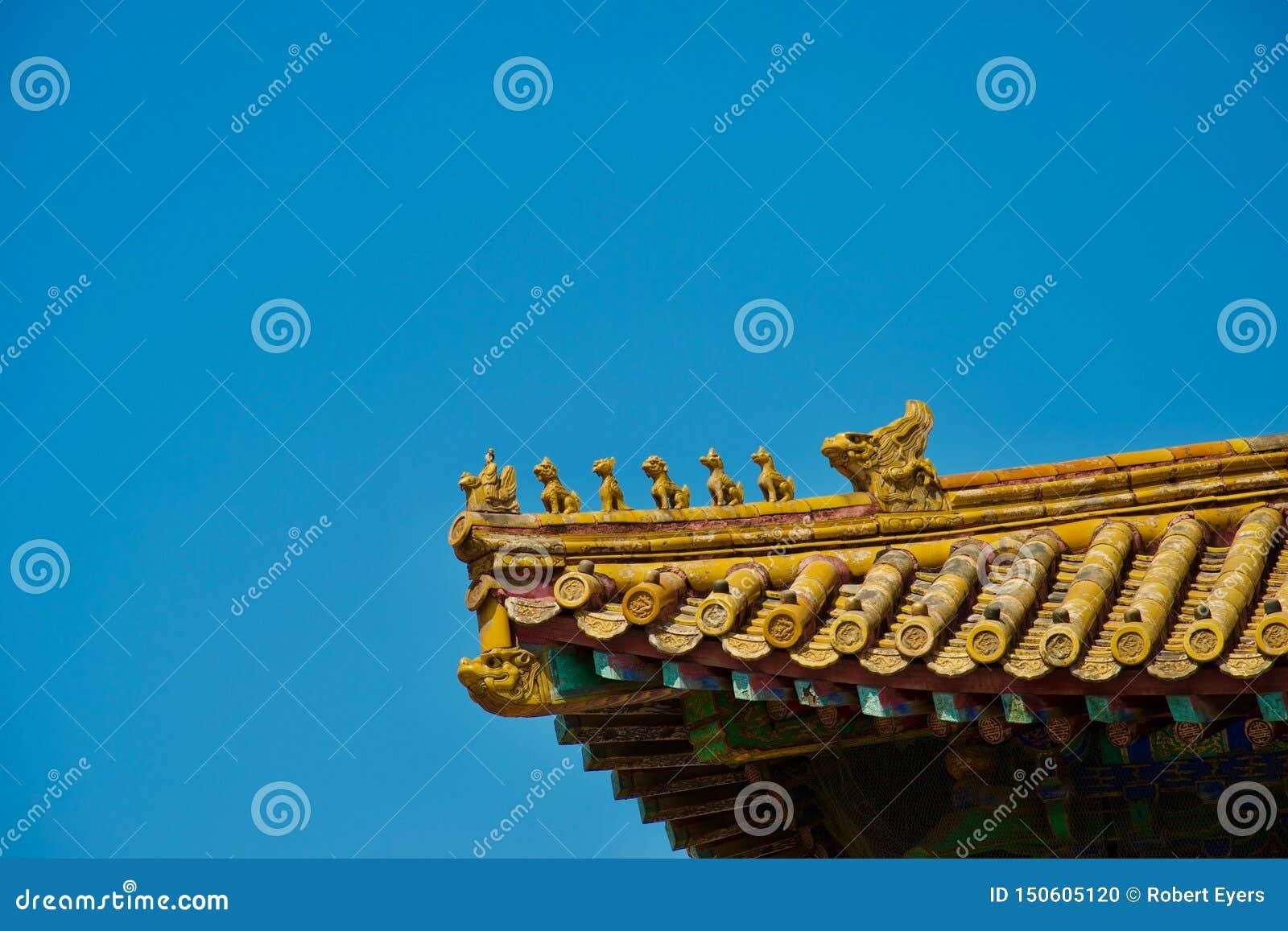 Toit chinois d or avec la rangée des animaux mythiques au soleil