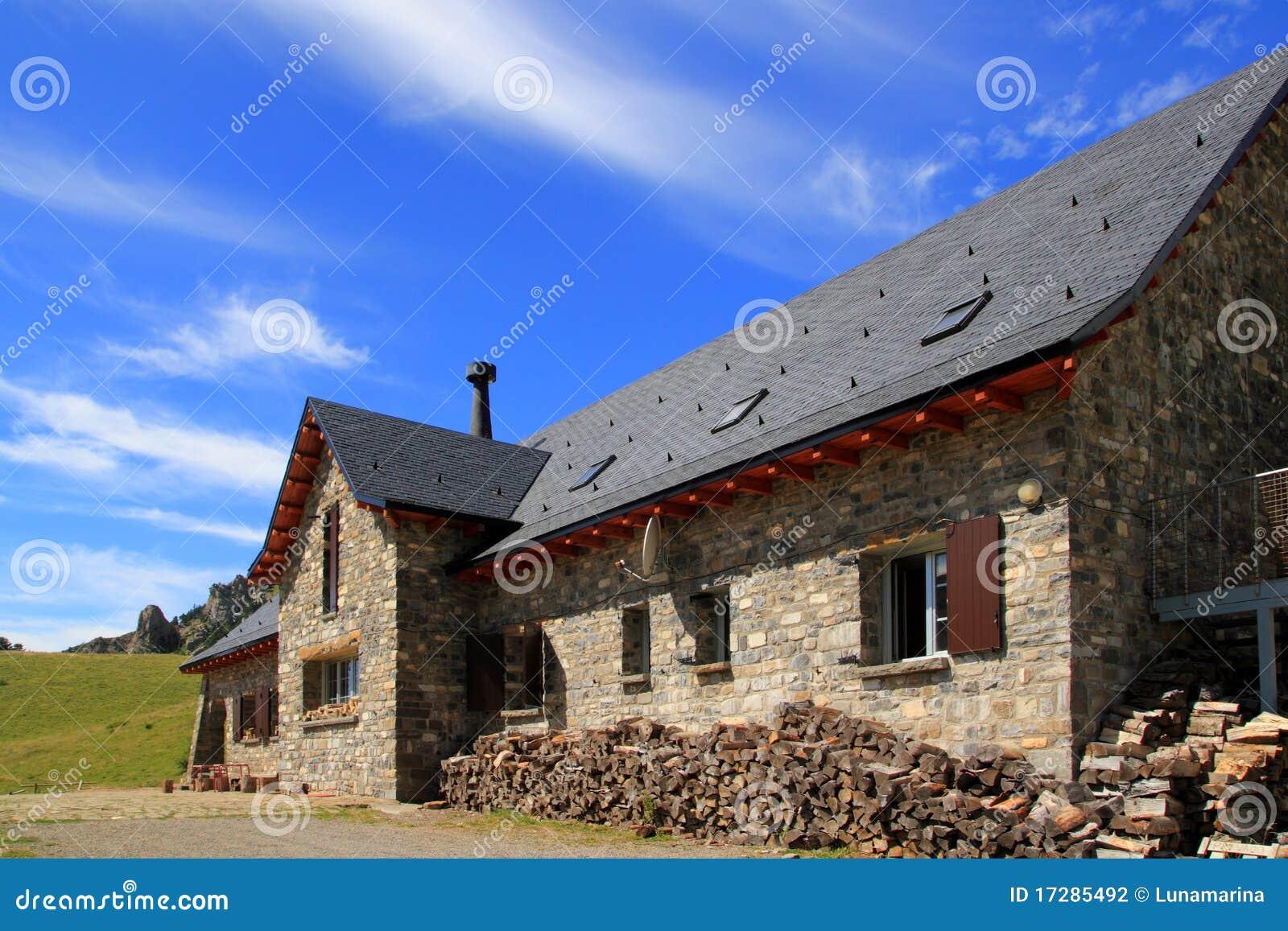 Toit d 39 ardoise en pierre de maison de montagne dans pyr n es photographie stock image 17285492 for Pierre d ardoise