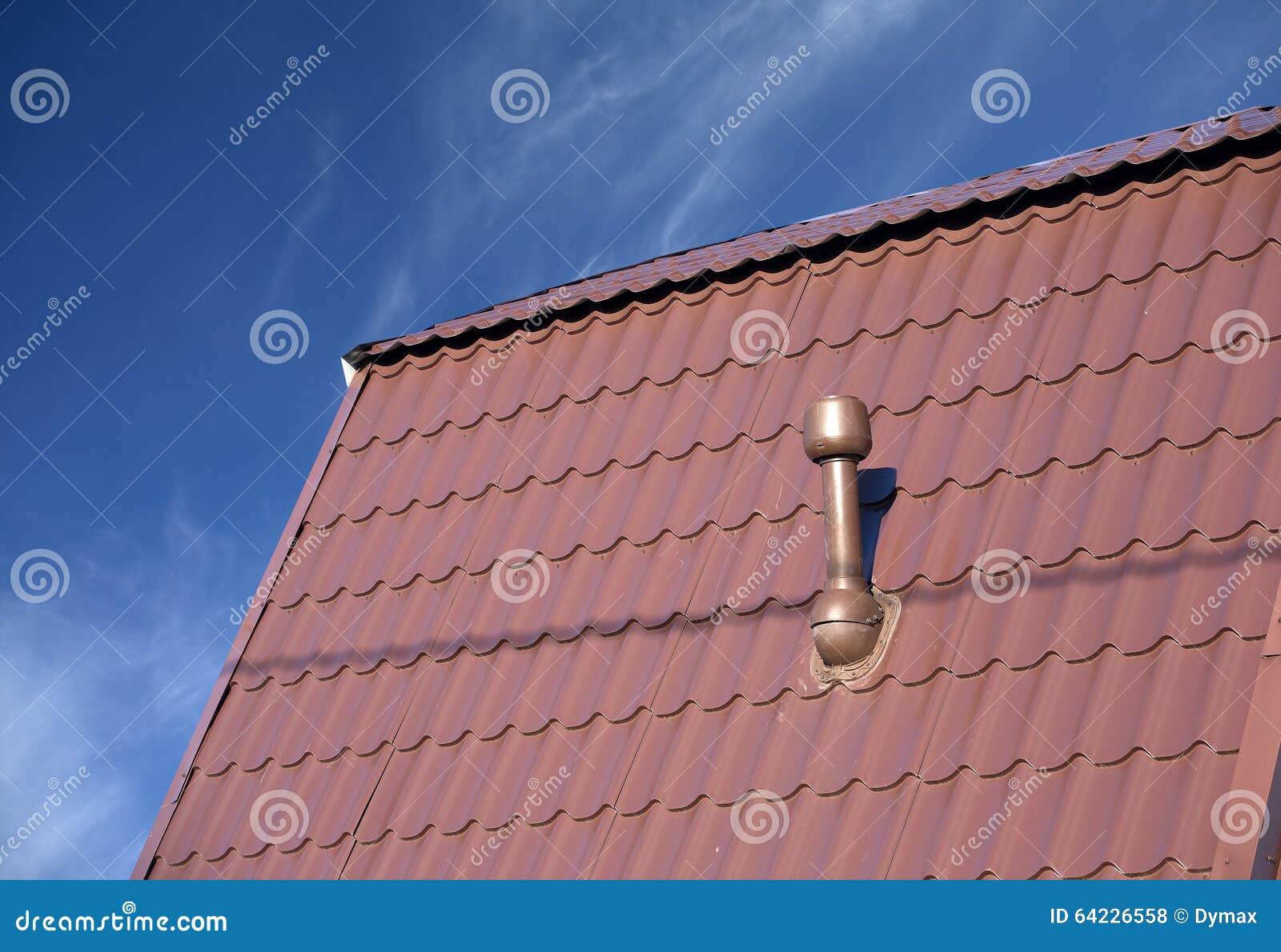 Nice Toit D Une Maison #6: Toit D Une Maison Couverte De Tuile En Métal Avec La Cheminée
