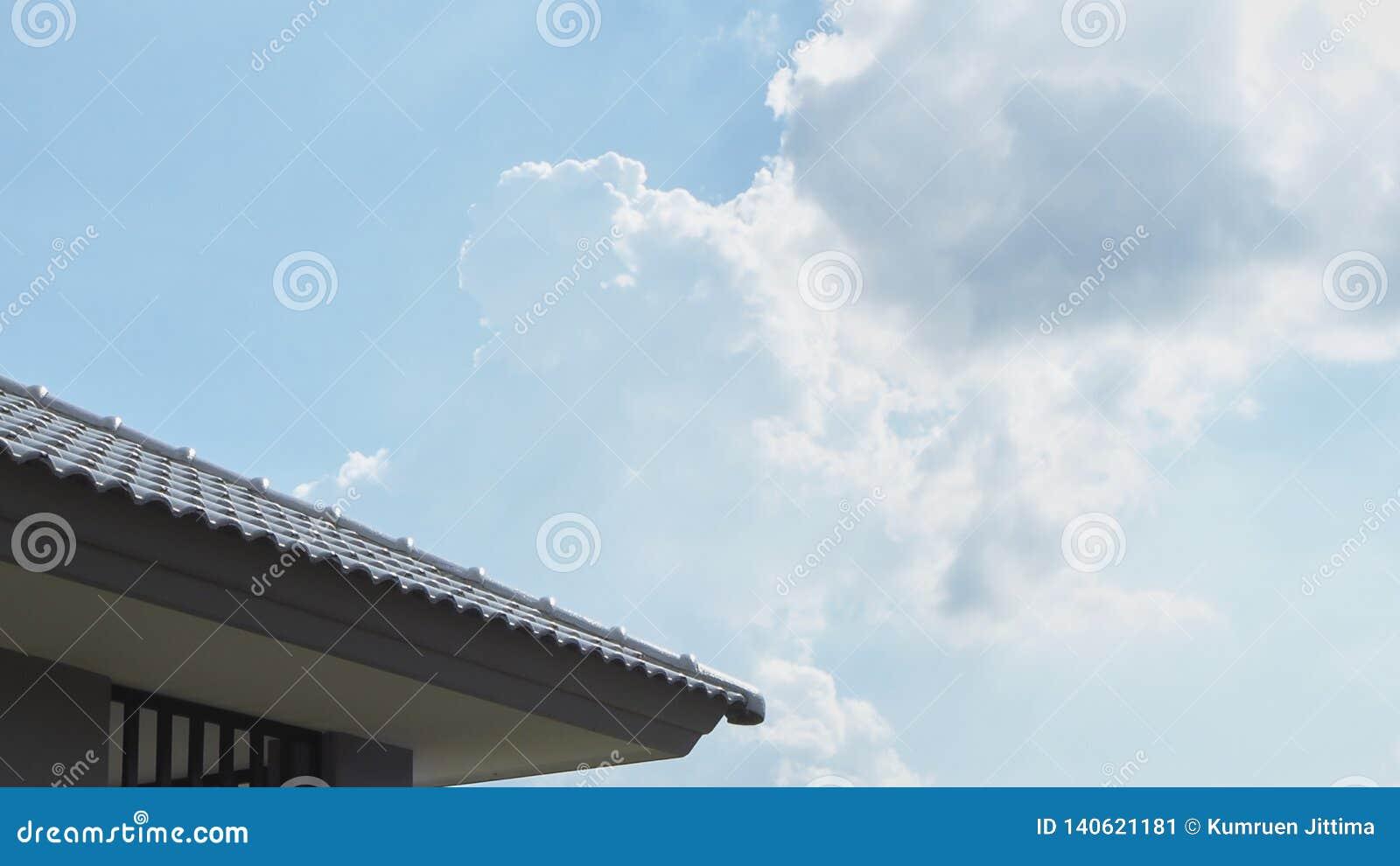 Toit de Chambre avec le ciel bleu