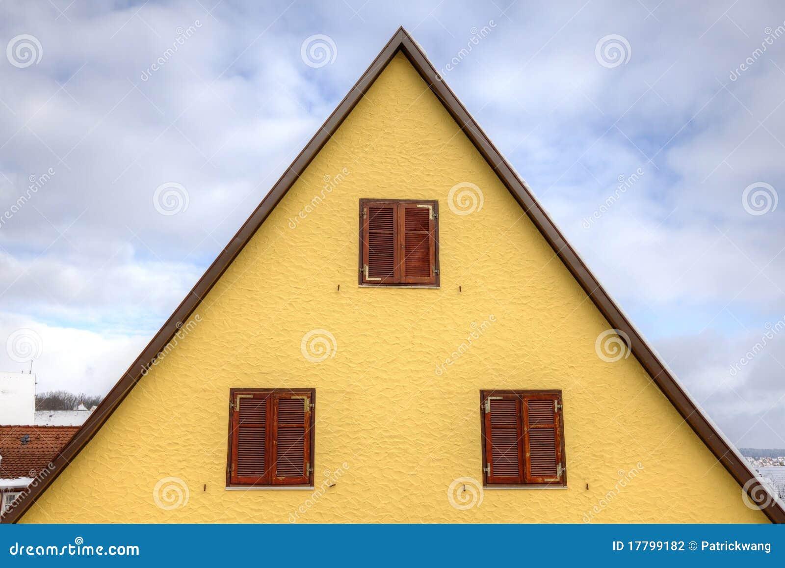 Toit de chambre dans la forme de triangle photographie - Forme de toiture maison ...