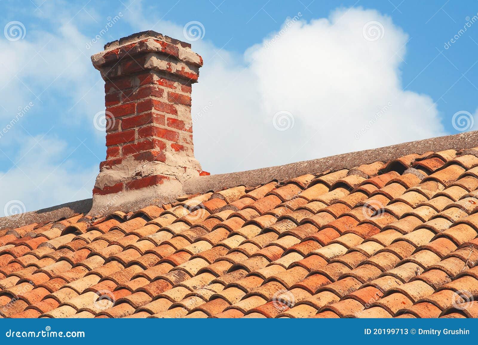 toit de tuile avec la chemin e de brique image stock image du ville tuile 20199713. Black Bedroom Furniture Sets. Home Design Ideas