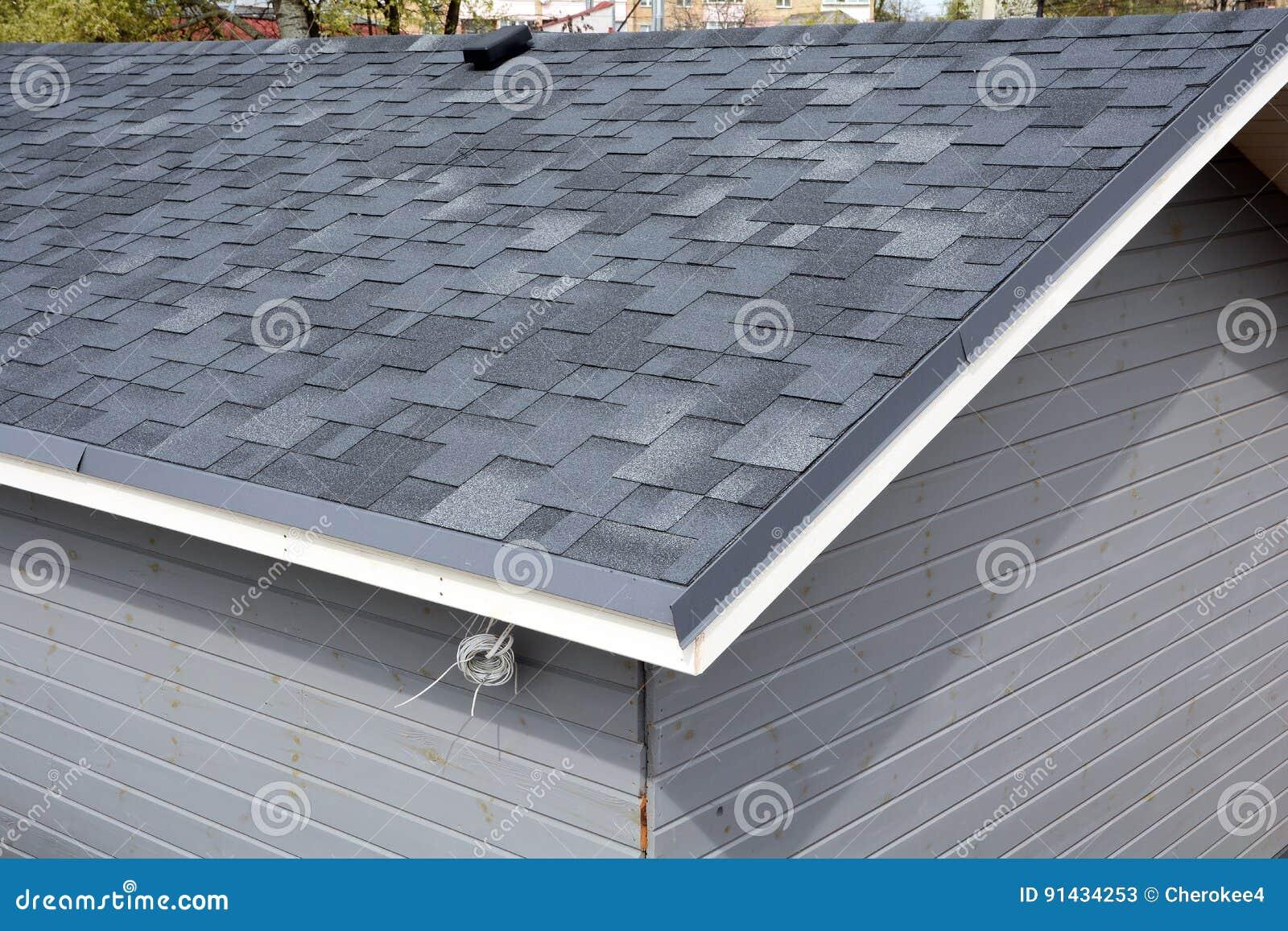 Toit de tuile de bitume bardeaux de toit toiture fermez vous vers le haut de la vue sur for Toit toiture