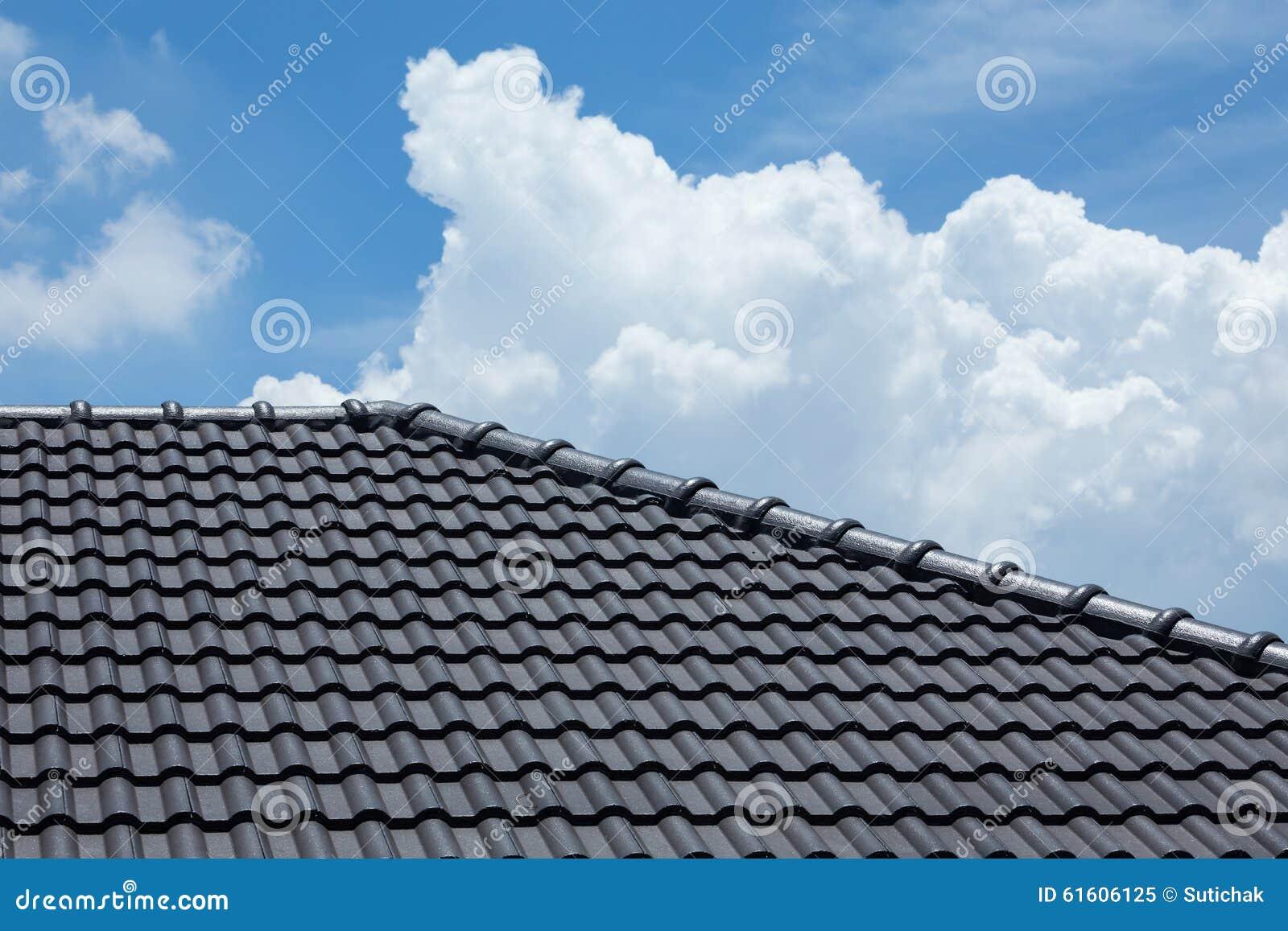 Toit De Tuile Noir De Maison Avec Le Ciel Bleu Et Le Nuage Image Stock Image 61606125