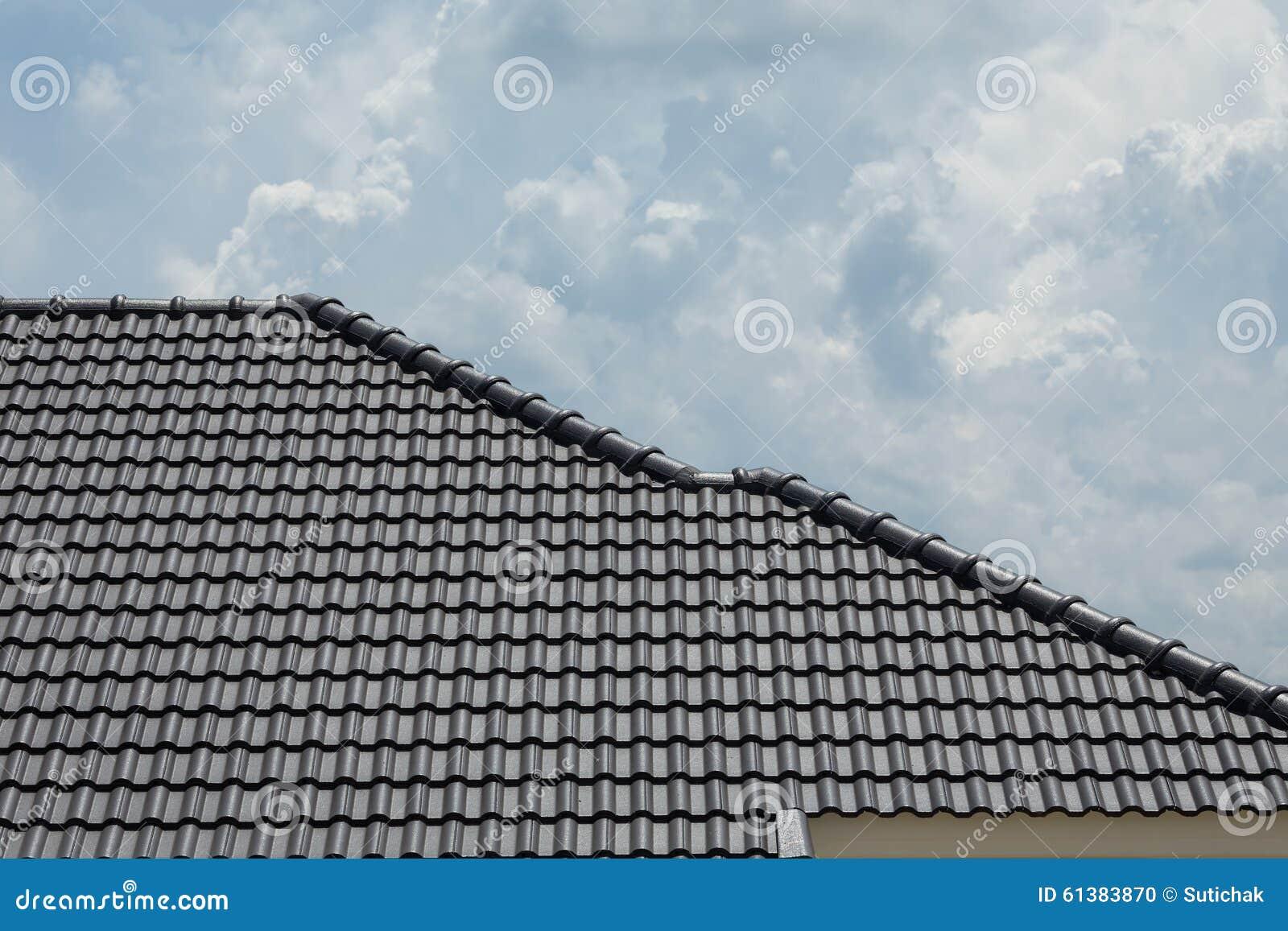 toit de tuile noir sur la maison de r sidence de b timent photo stock image 61383870. Black Bedroom Furniture Sets. Home Design Ideas