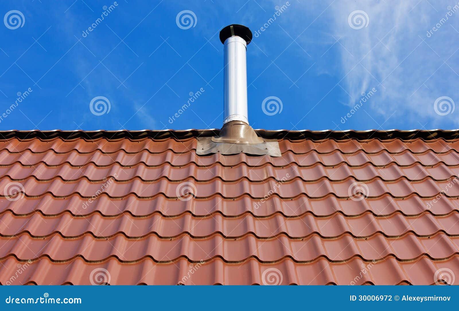 toit de tuile rouge avec une chemin e de bidon photographie stock image 30006972. Black Bedroom Furniture Sets. Home Design Ideas