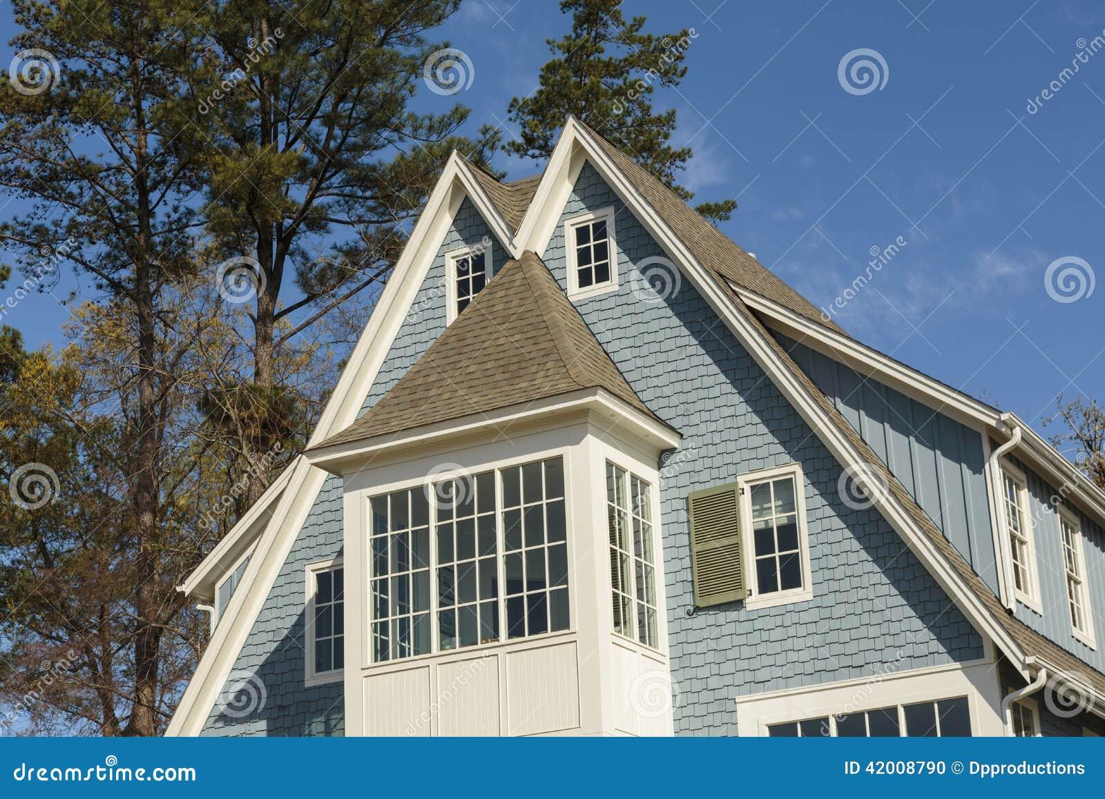 Toit double fait une pointe de maison familiale bleue for Double maison