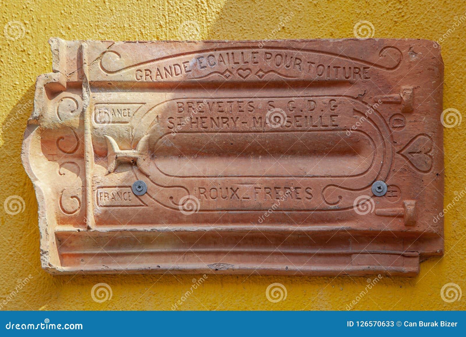 Toit en céramique de vintage sur le jaune à l île de Tenedos Bozcaada par la mer Égée
