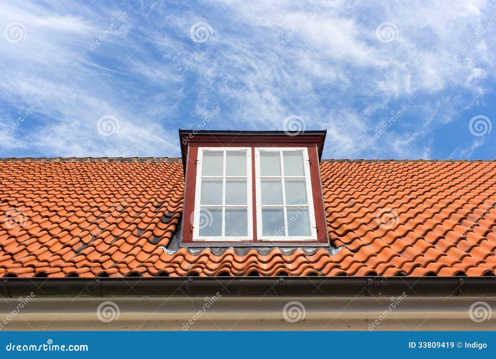 toit rouge avec une lucarne image stock image du ciel toiture 33809419. Black Bedroom Furniture Sets. Home Design Ideas