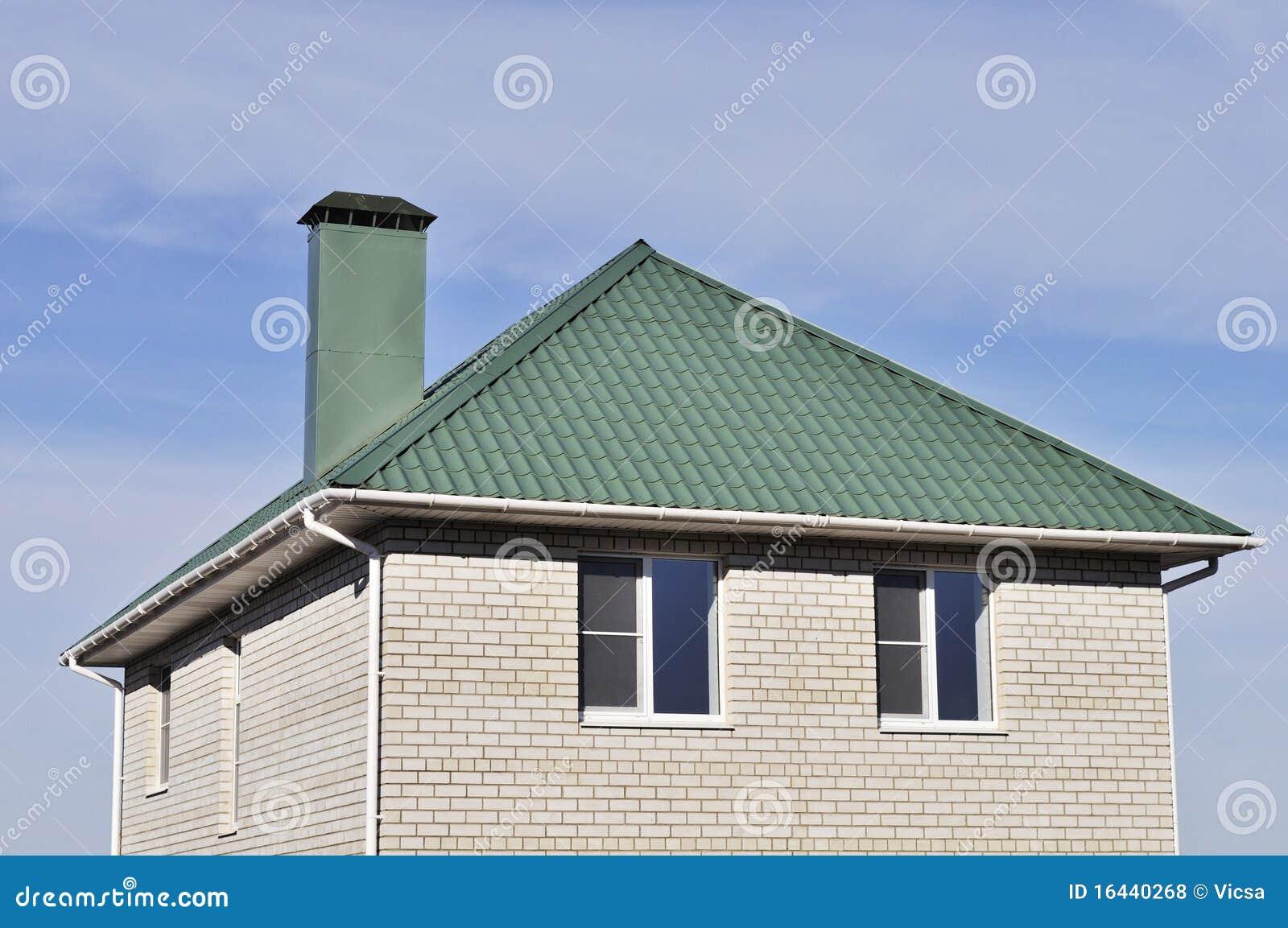 Toit vert de la maison blanche de brique photos libres de for Maison en brique blanche