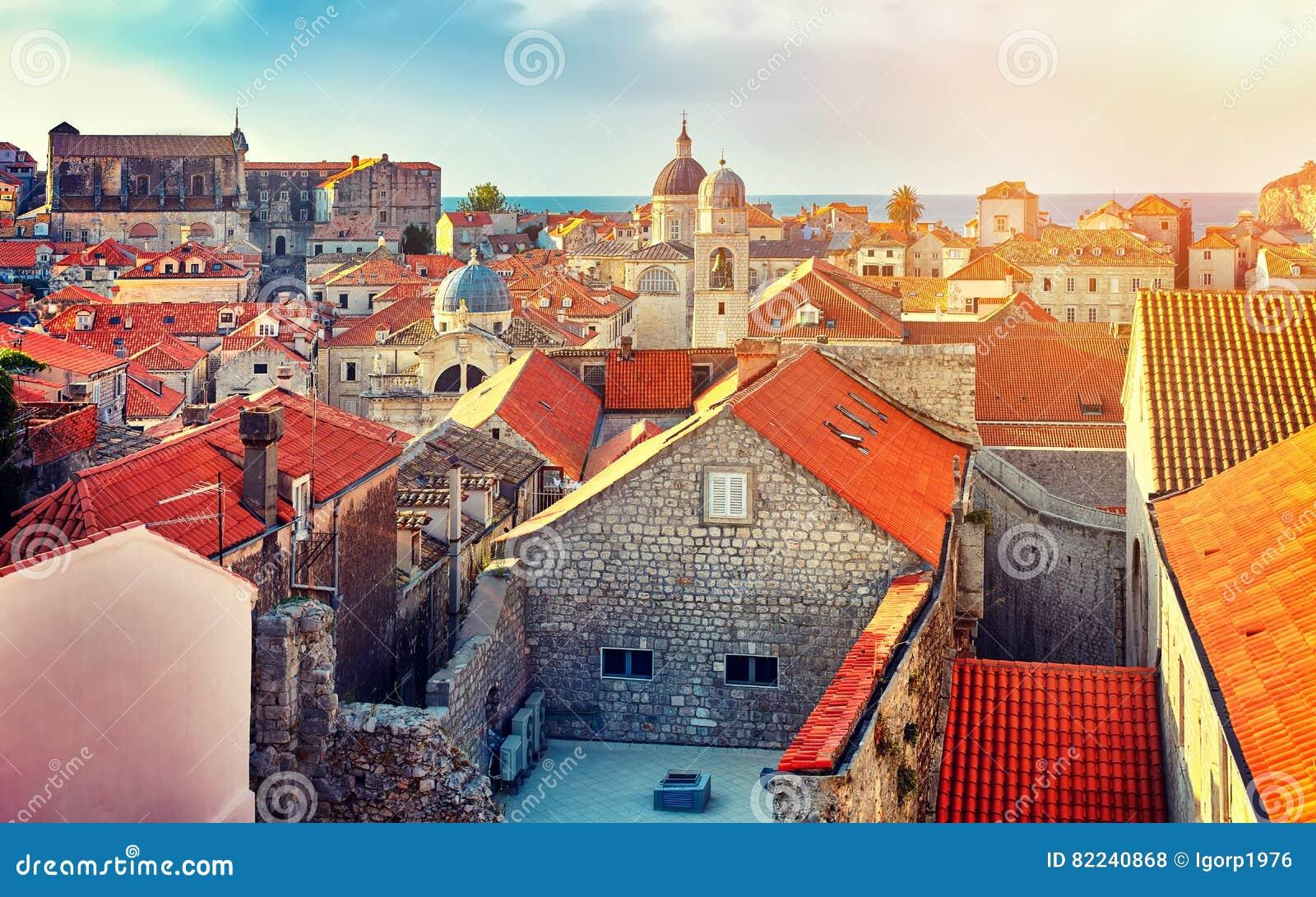 Toits de ville de Dubrovnik de panorama vieux au coucher du soleil L Europe, Croatie