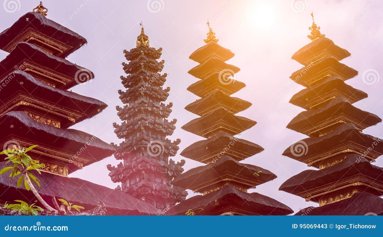 Toits en Pura Besakih Temple en île de Bali, Indonésie