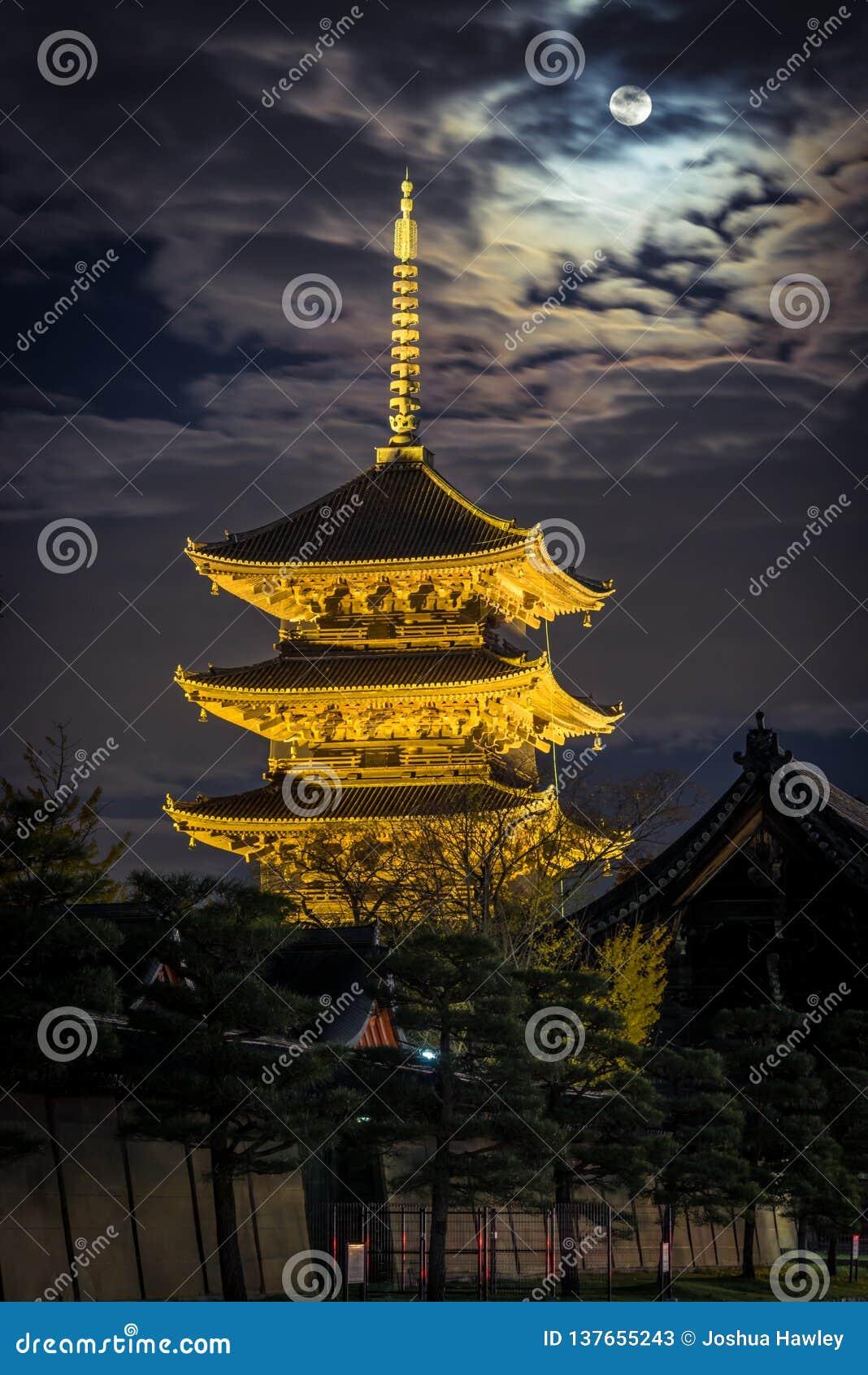 Toji pagoda zaświecająca w górę jesieni w