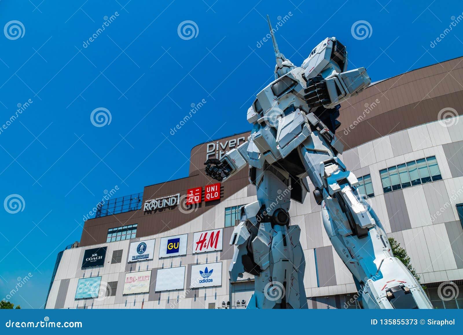 TOKIO JAPÓN - 1 DE AGOSTO DE 2018: Situación gigante hermosa de Unicorn Gundam Model y de la estatua en el frente de las compras