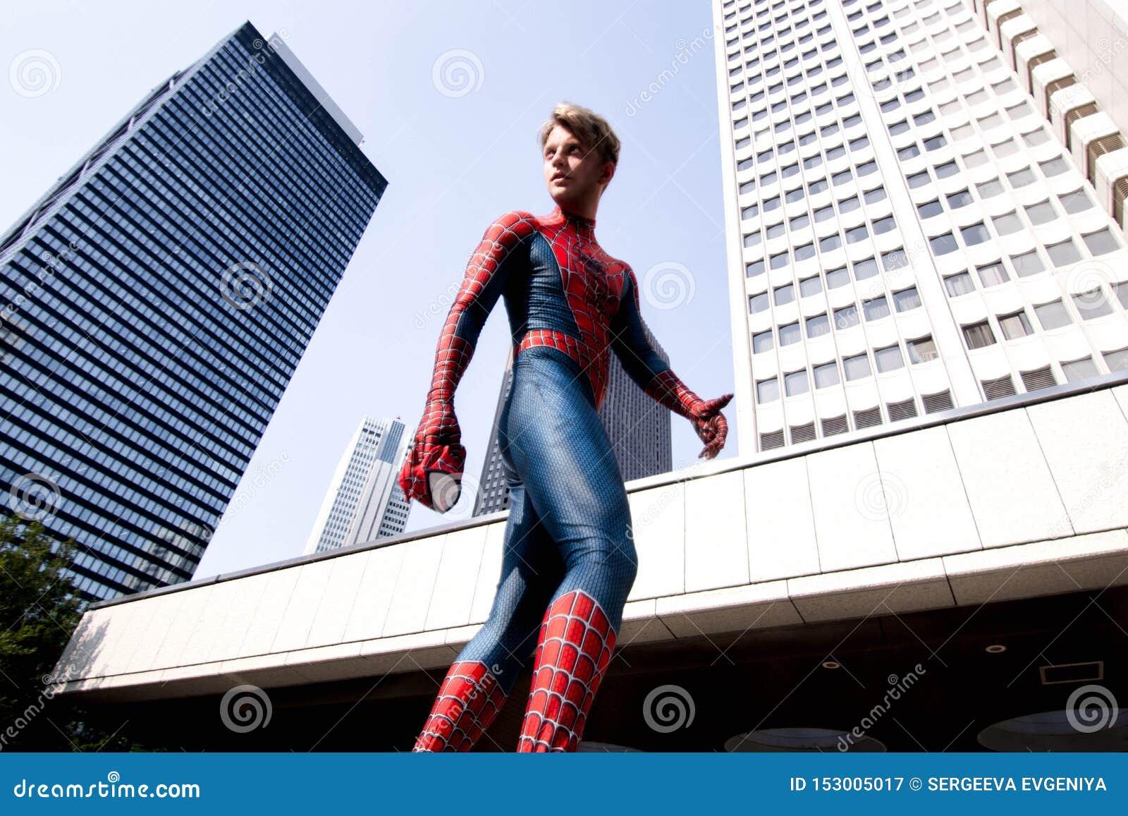 Tokio, Japón - 15 de junio de 2019: Hombre en hombre araña cómico de la maravilla del traje del super héroe en la calle