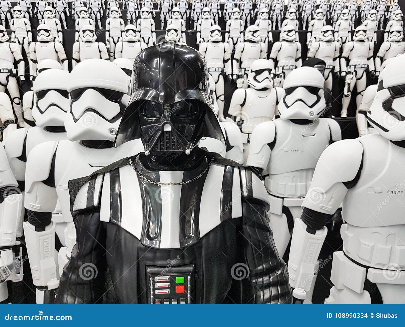 TOKIO, JAPONIA, Akihabara, 10 - LIPIEC, 2017: Ujawnienie modeluje gwiezdnych wojn postaci stormtroopers Vader i Darth