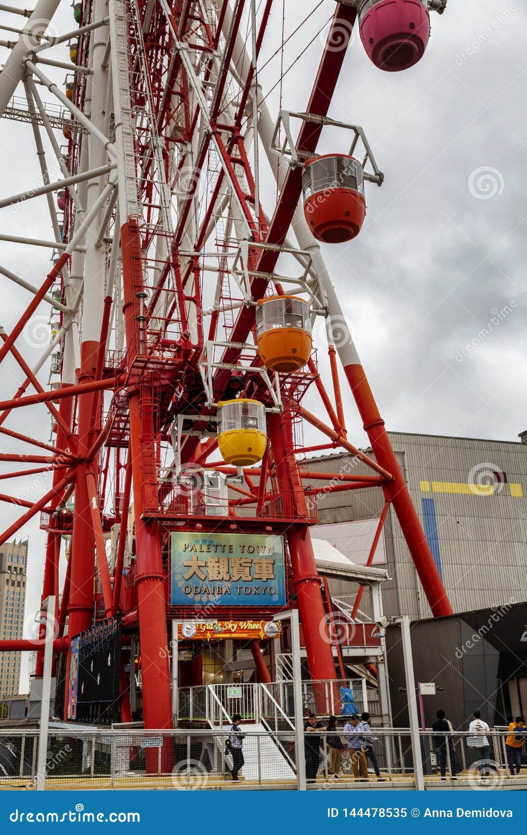 Tokio, Japonia, 04/08/2017 Ferris ko?o na wyspie Odaiba