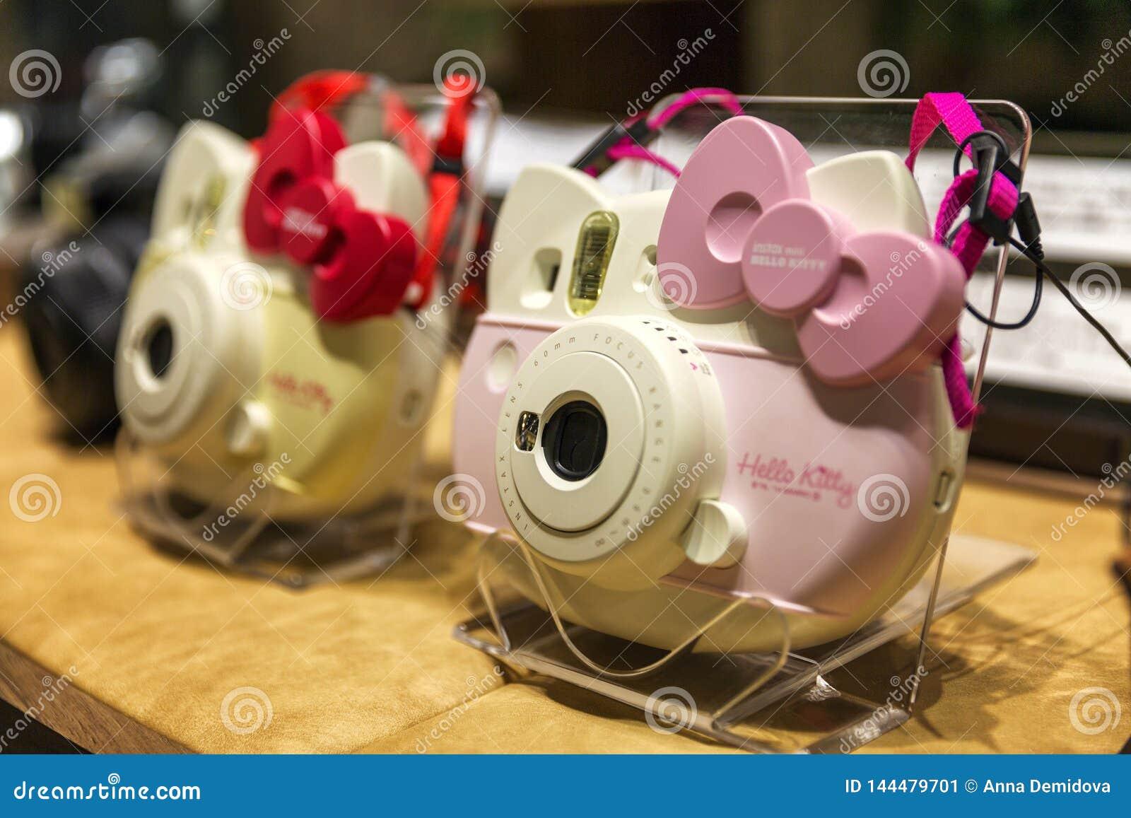 Tokio, Japonia, 04/08/2017 Kamery Hello Kitty w sklepowym okno