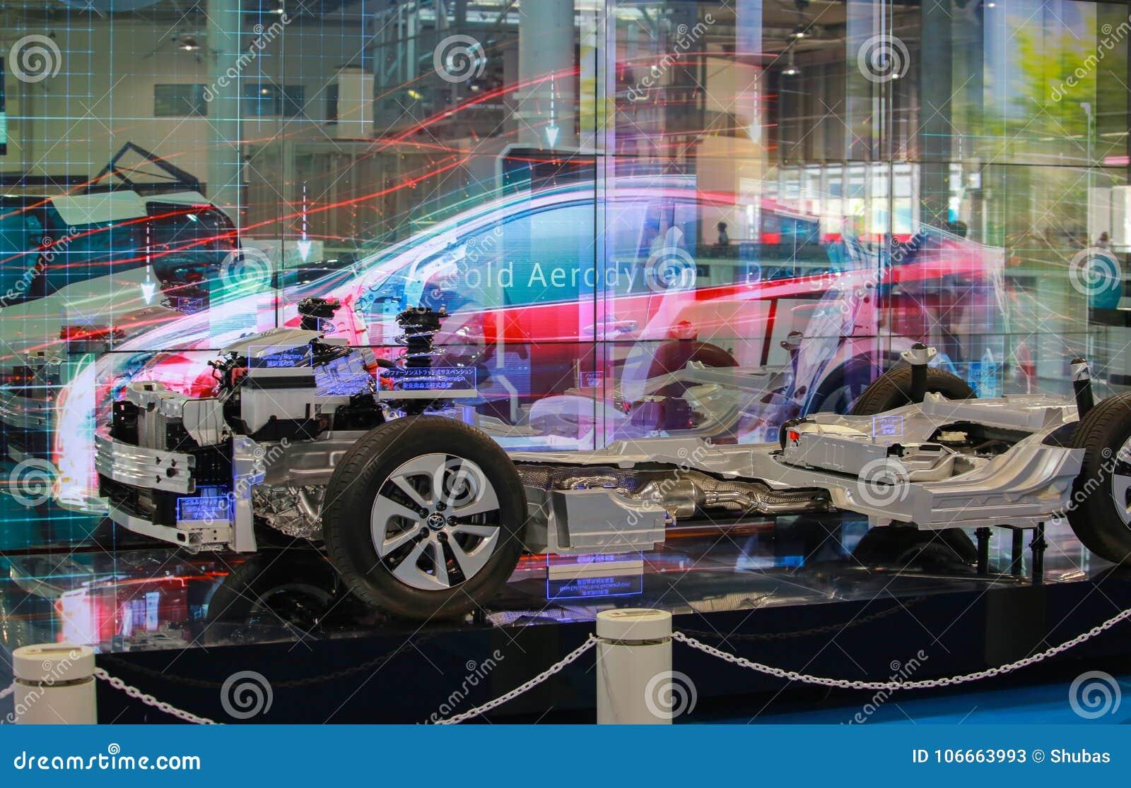TOKIO JAPONIA, LIPIEC, - 10, 2017: Interaktywnej prezentaci estradowi hybrydowi samochody Toyota