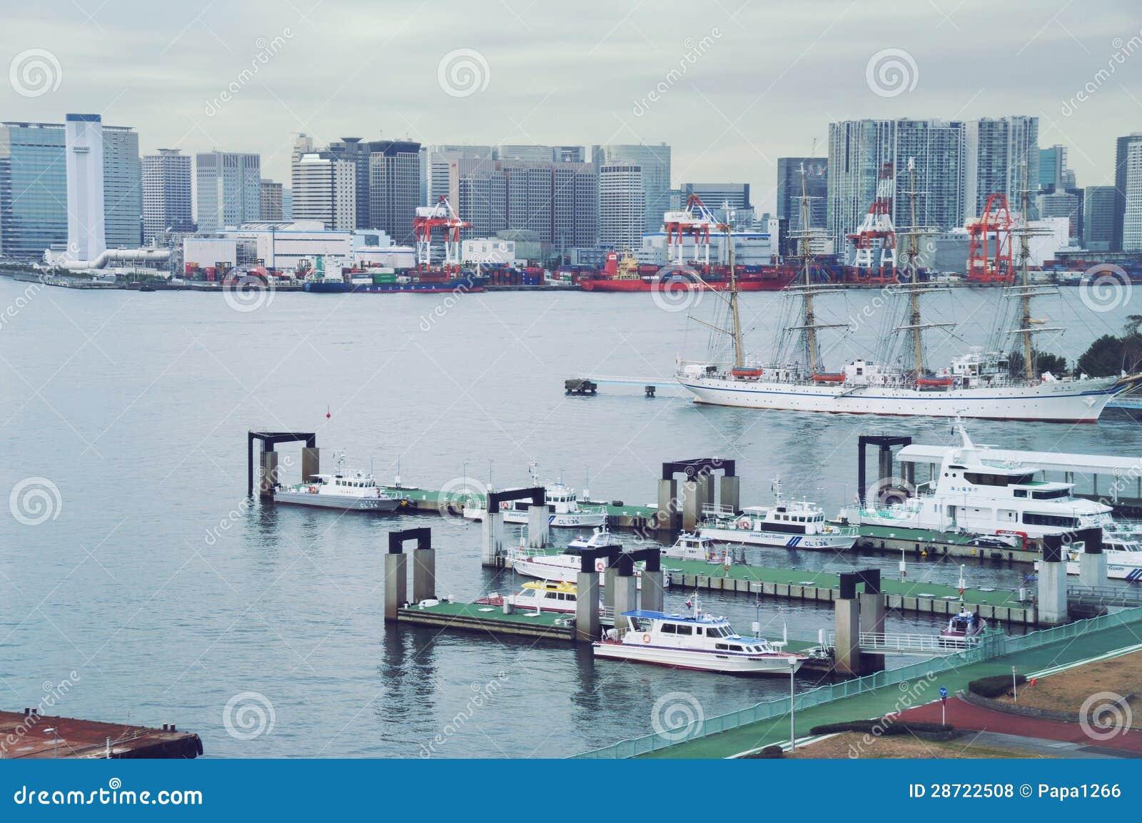 TOKIO - opinión de septiembre de 2009 del lcoast del termina de la bahía, de la terminal y del envase, barcos de guardia que estac