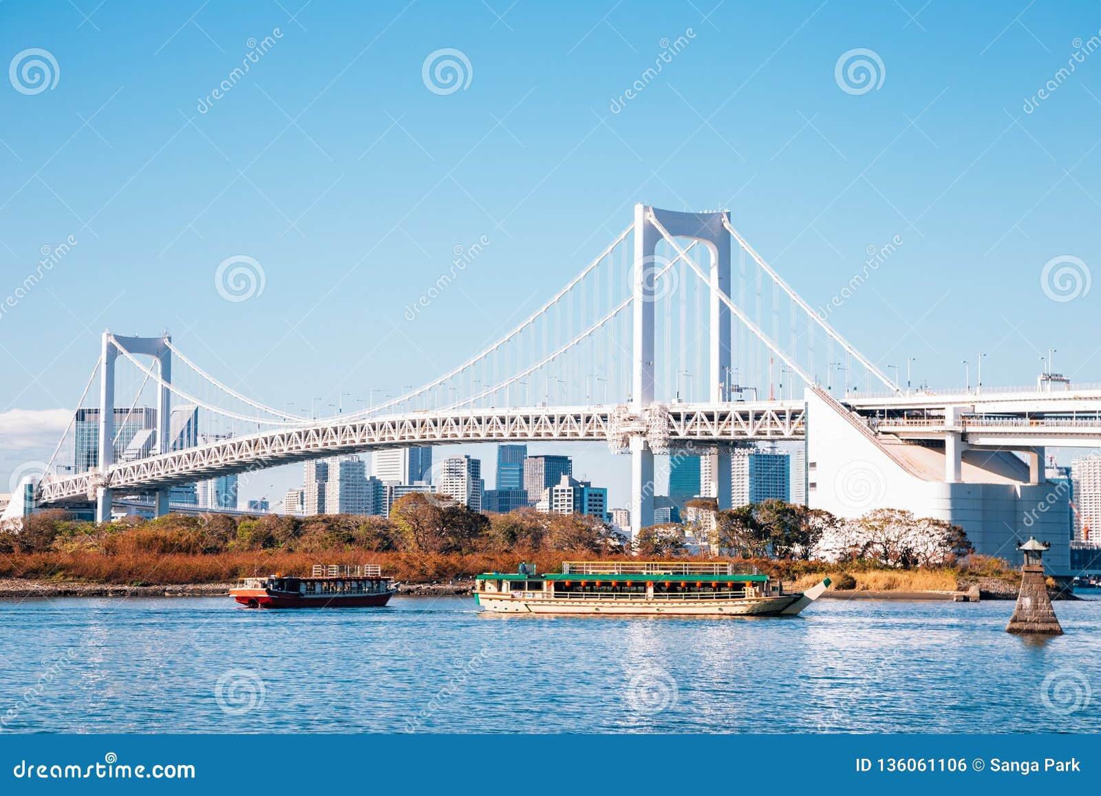 Tokio zatoki i Odaiba tęczy most w Japonia