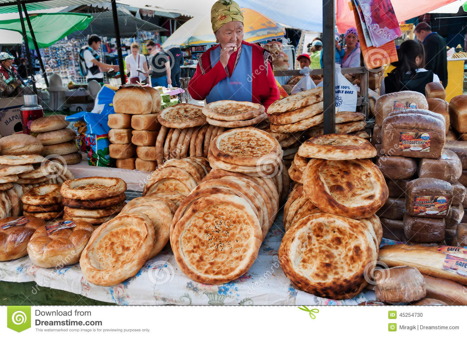 Tokoch de pain de Kirghiz sur le marché de dimanche dans Bosteri Issyk-Kul kyrgyzstan