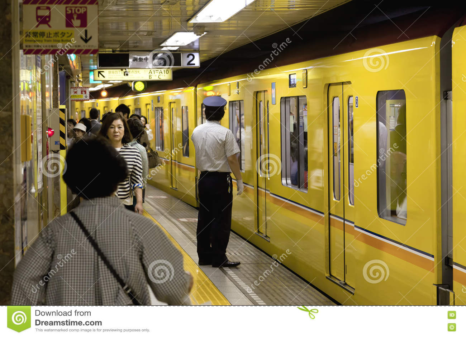 TOKYO CIRCA IM MAI 2016: Passagiere, die mit der Tokyo-Metro reisen Geschäftsleute, die austauschen, um durch öffentliche Transpo