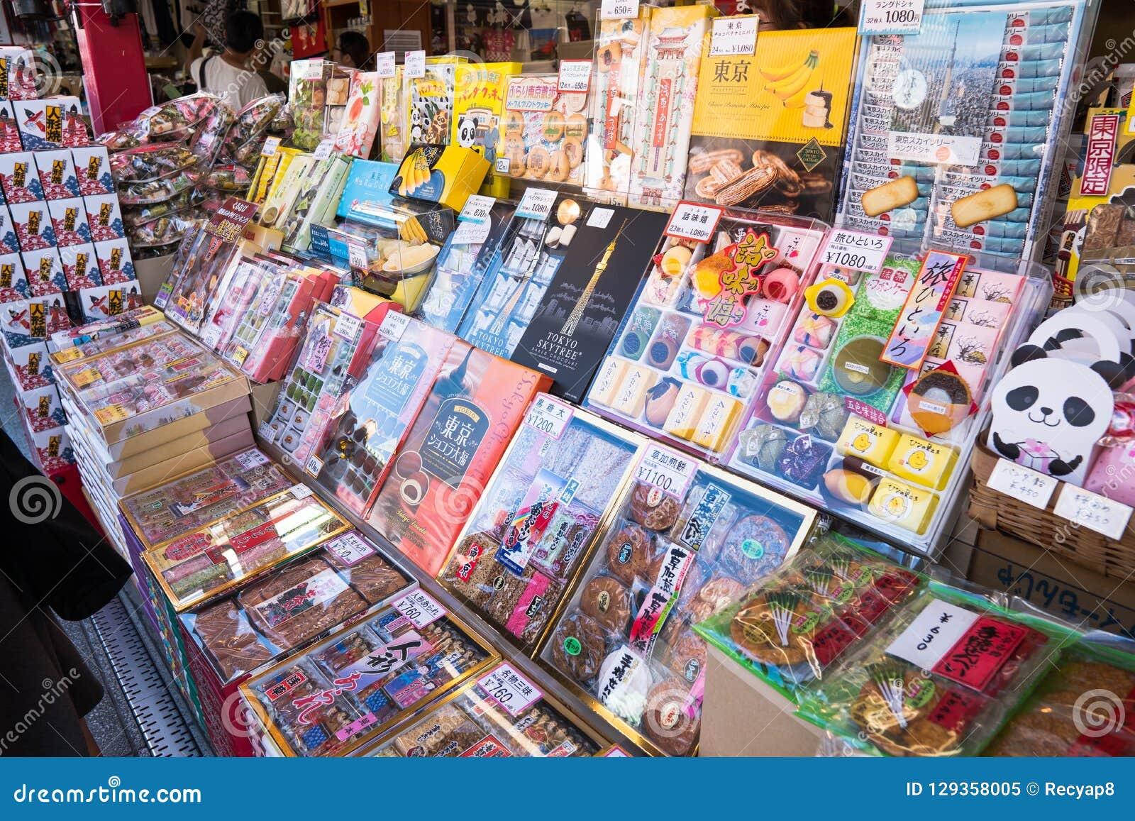 Tokyo, Giappone - 7 ottobre 2018: alimenti che potete comprare lungo la strada al tempio di Sensoji