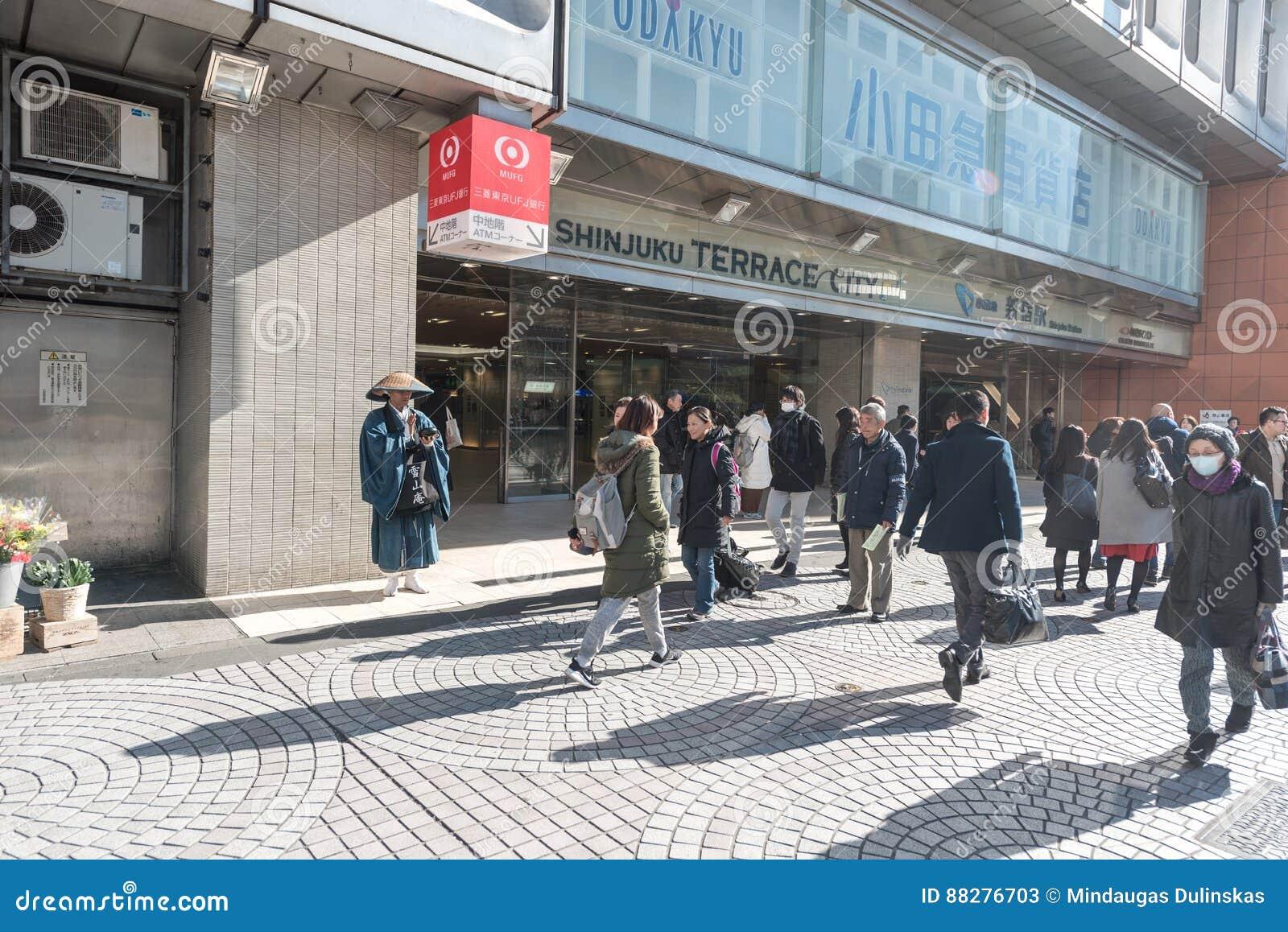 TOKYO JAPAN - JANUARI 25, 2017: Tokyo Shinjuku stationsområde