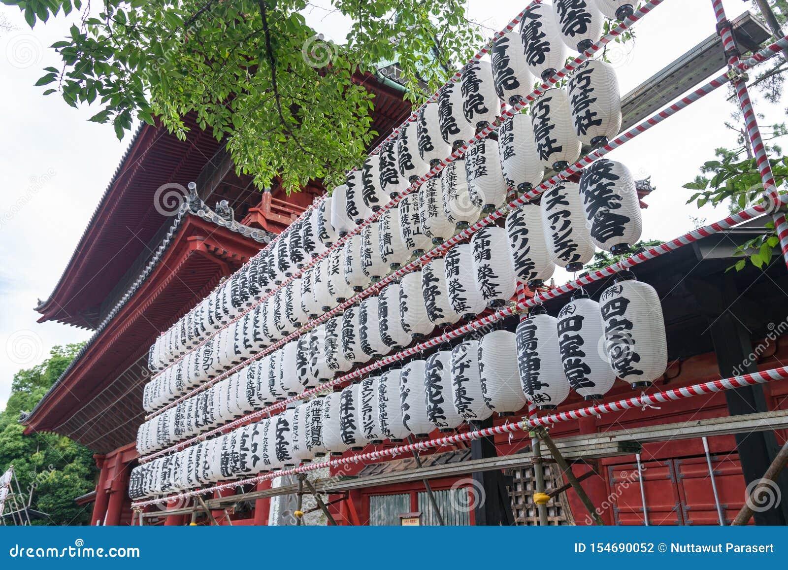 TOKYO, JAPAN - 23. Juli 2015: Japanische Papierlaternen-Beleuchtungslampe im Tempel, Tokyo, Japan