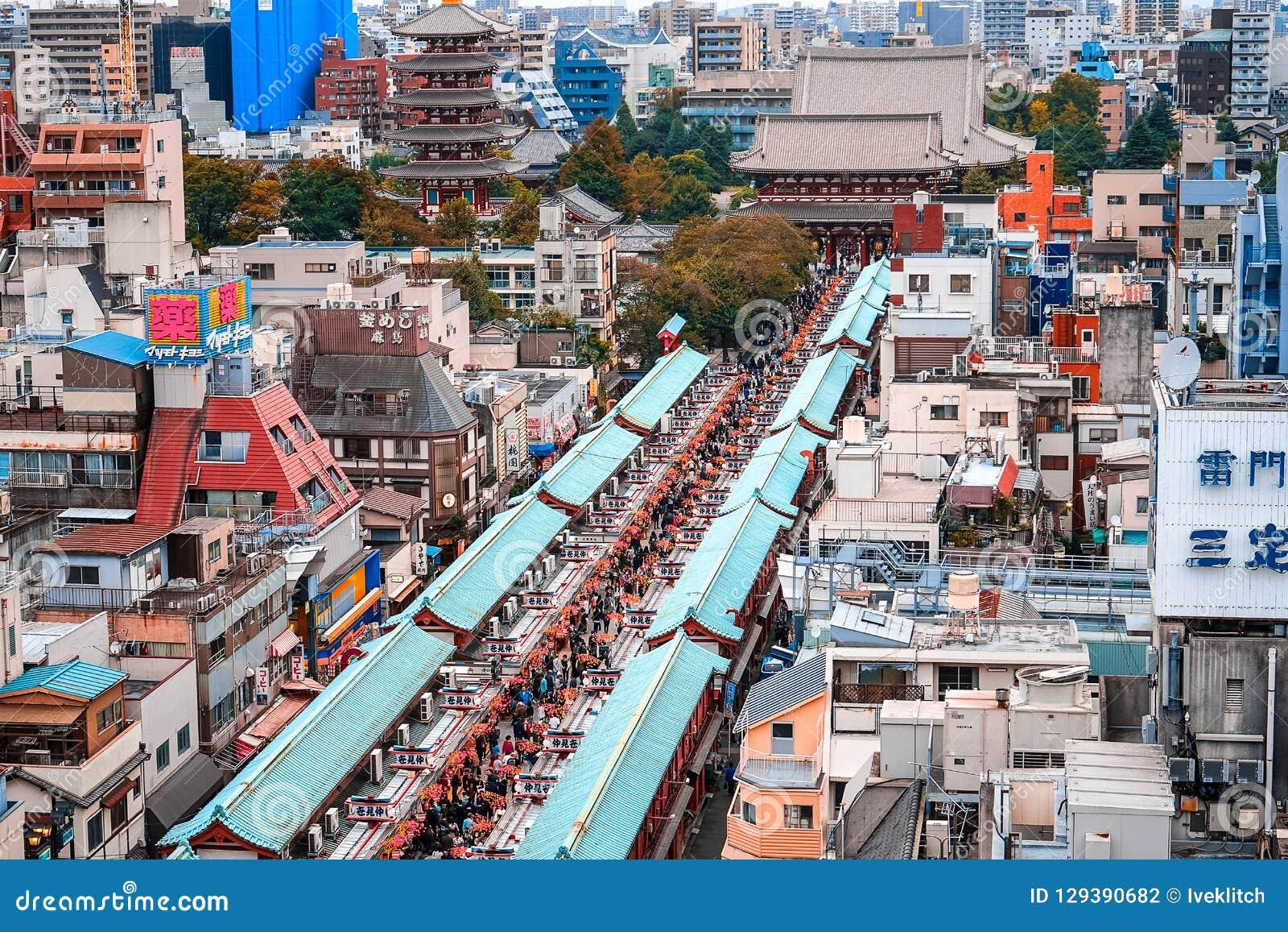 Tokyo, Japan 10 02 markt van Tokyo van 2018 is de beroemde met herinneringen op Nakamise-Straat, Asakusa Terug het brengen van gi