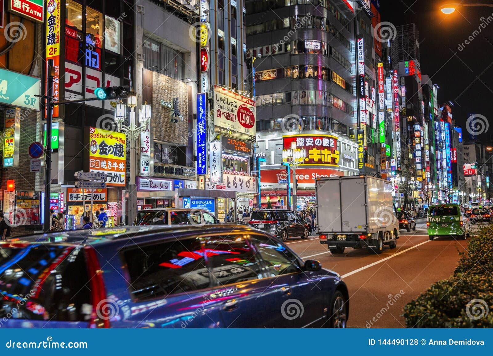 Tokyo, Japan, 04/08/2017 Nachtstraat in een grote stad