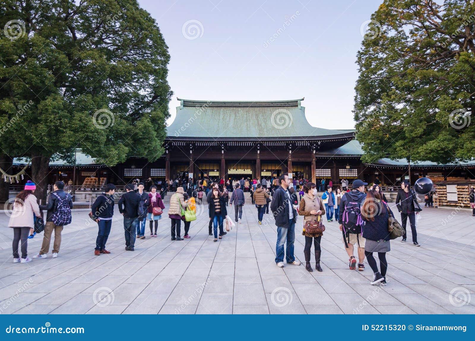 Tokyo, Japan - November 23, 2013: Toeristenbezoek Meiji Jingu Shr