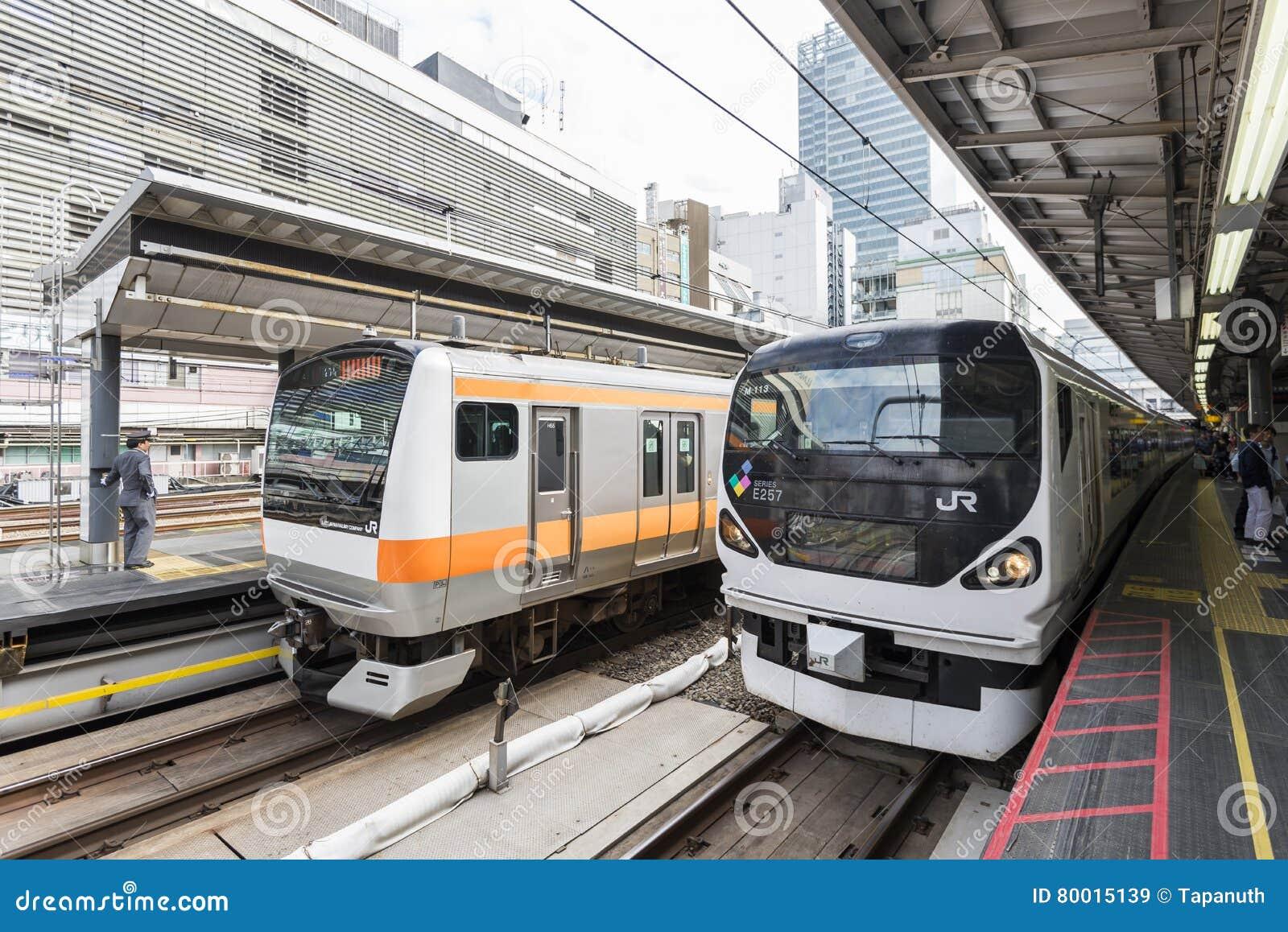 Tokyo Japan - September 30, 2016: Japan järnväg drev på den Shinjuku stationen
