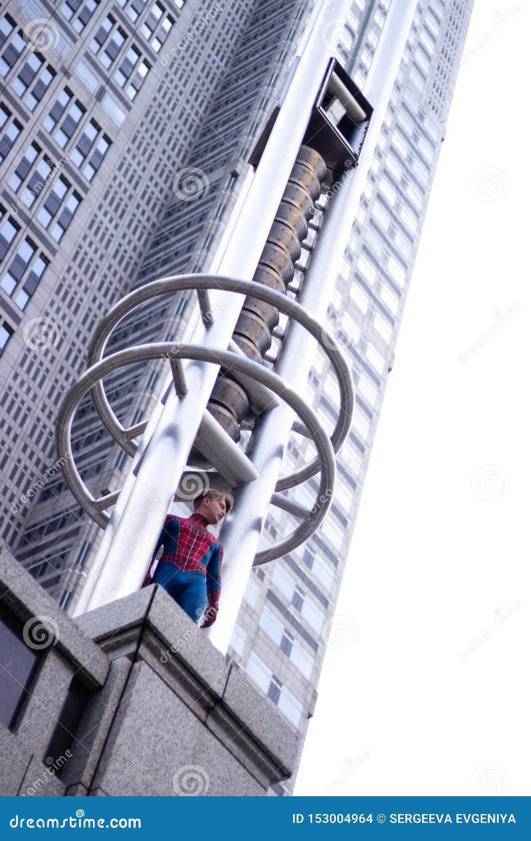 Tokyo, Japon - 15 juin 2019 : Homme dans le spiderman comique de merveille de costume de super héros sur la rue