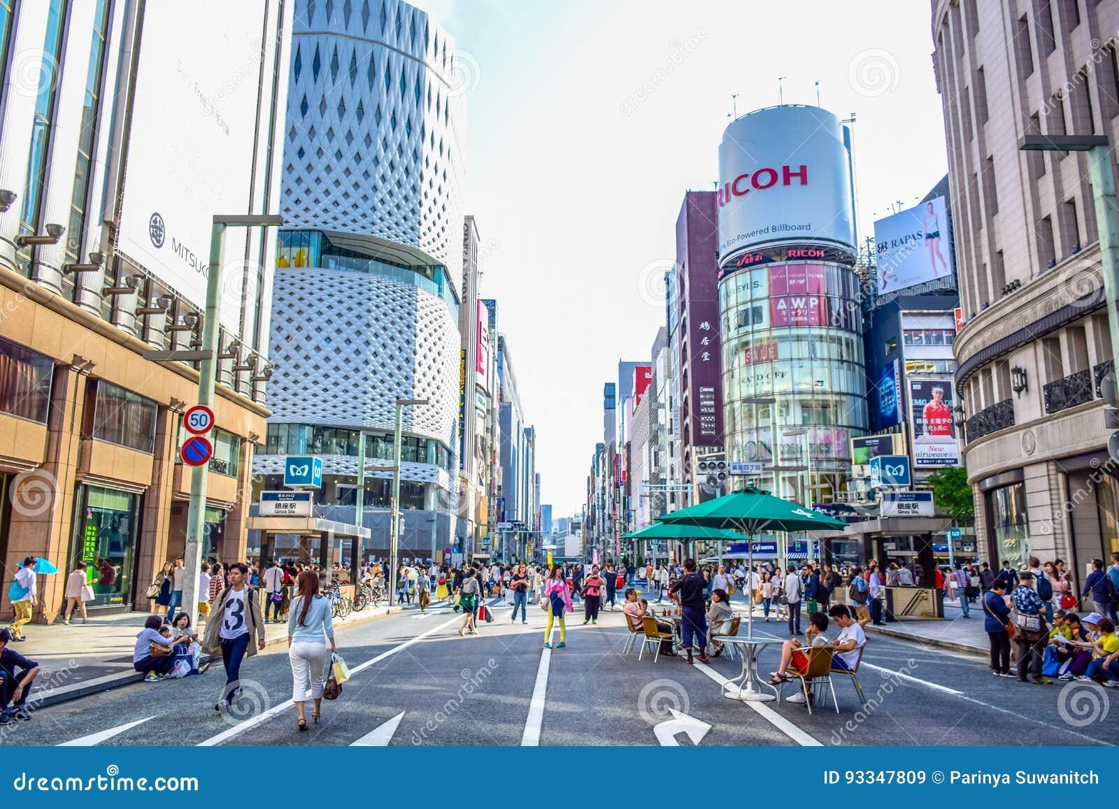 TOKYO, JAPON : Les gens passant leur temps visitant la rue de Ginza, une zone d atelier très populaire de Tokyo, pendant le weeke